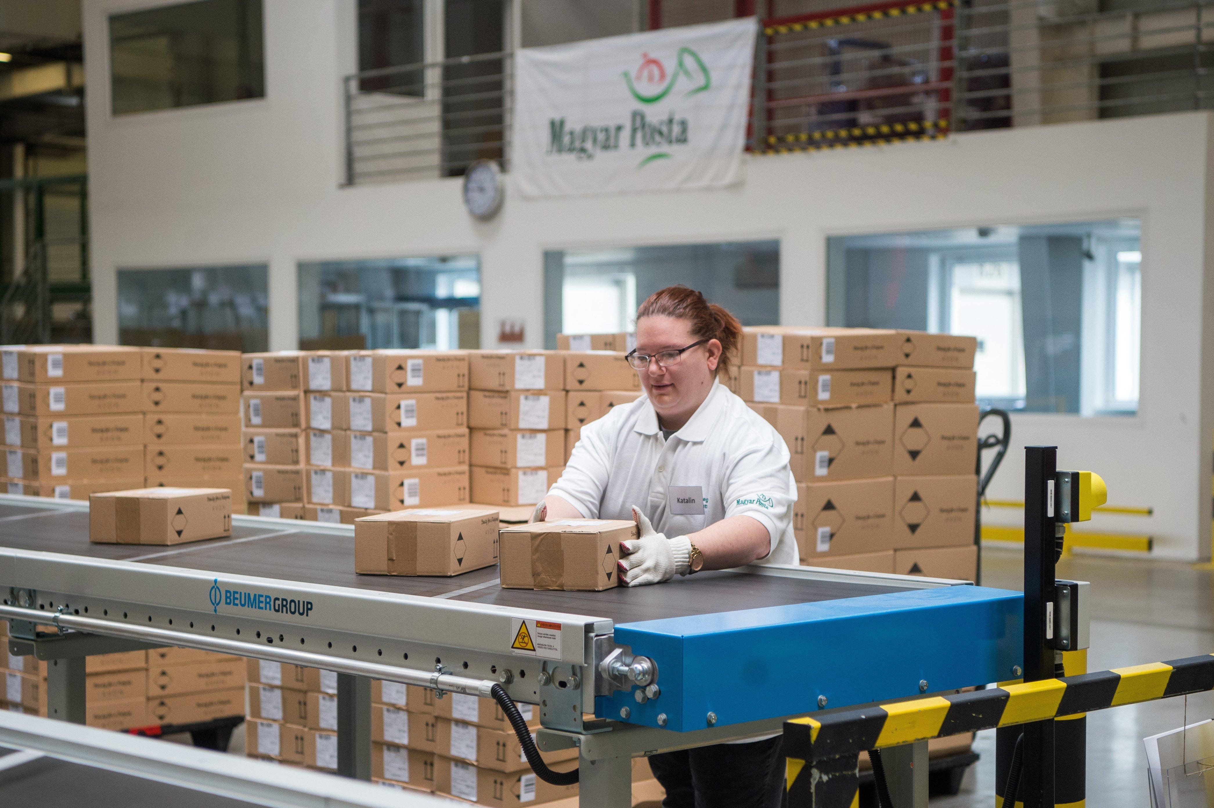 A Magyar Posta szóvivője szerint akkor kapjuk kézhez a leggyorsabban a csomagokat, ha az átvételi pontokra kérjük a küldeményeket