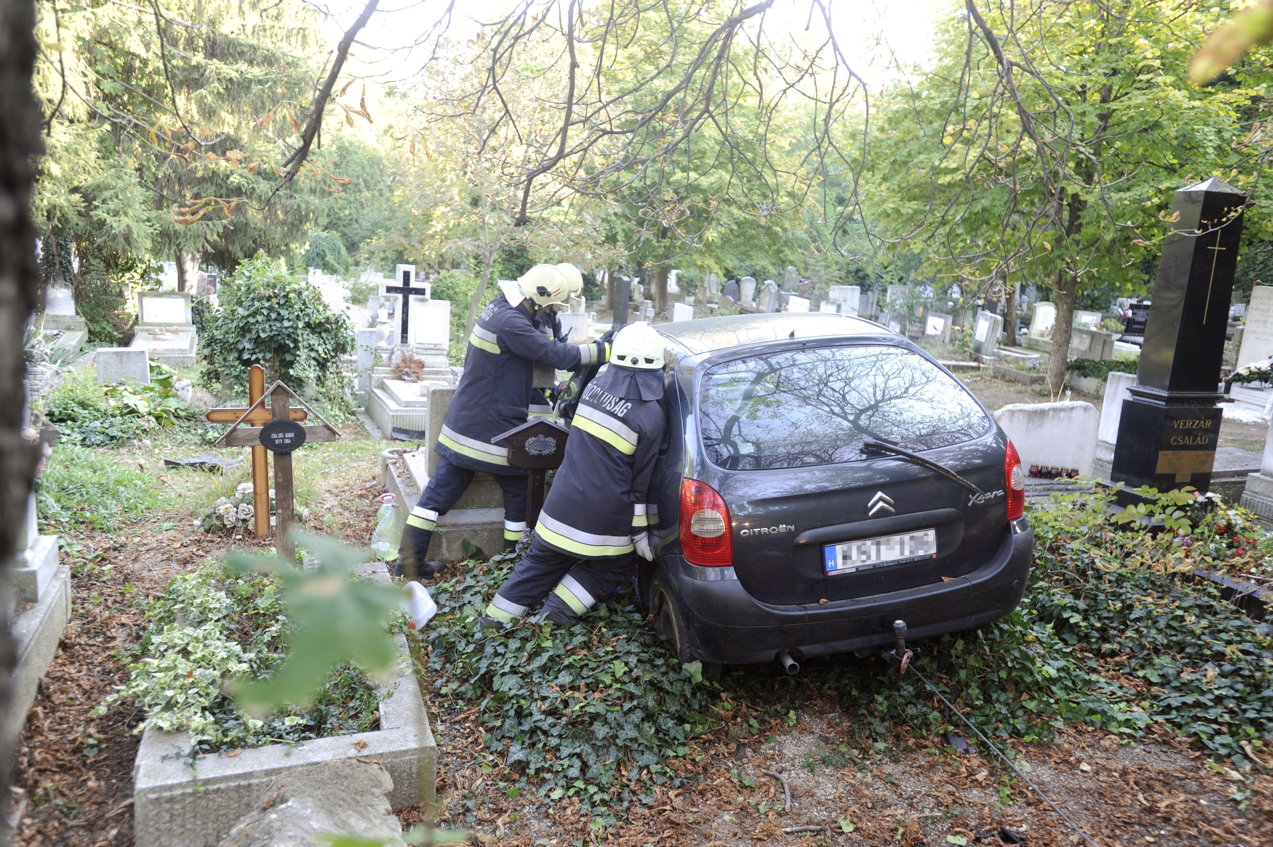 Megcsúszott egy autó, és a Farkasréti temető sírjai között állt meg