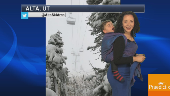 ÉDES: Gyermekével a hátán jelentett időjárást az amerikai hölgy