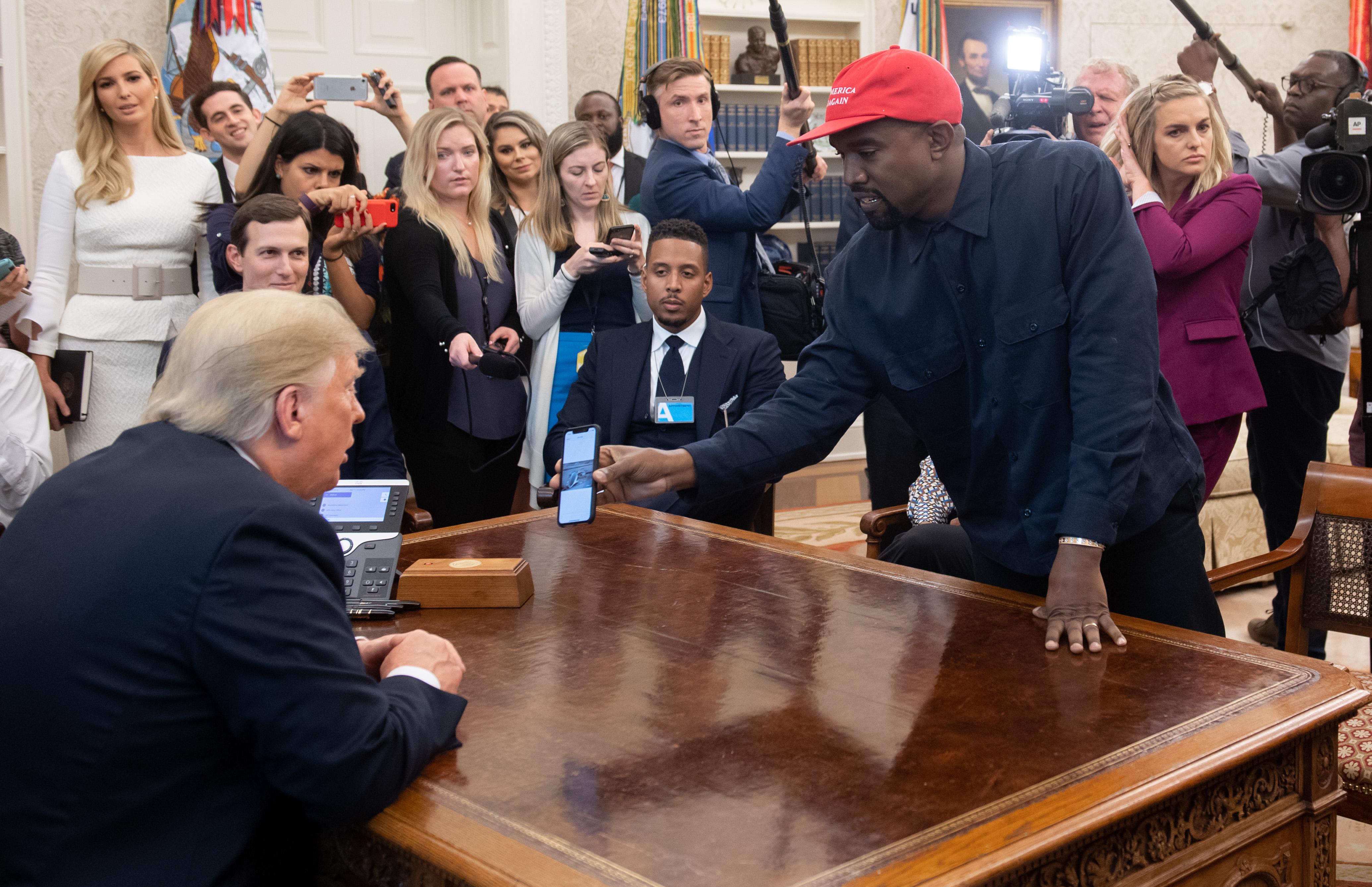 Kim Kardashian lényegében totális idiótának tartja a férjét, Kanye Westet, és nagyon kedvesen beszél is erről széles nyilvánosság előtt