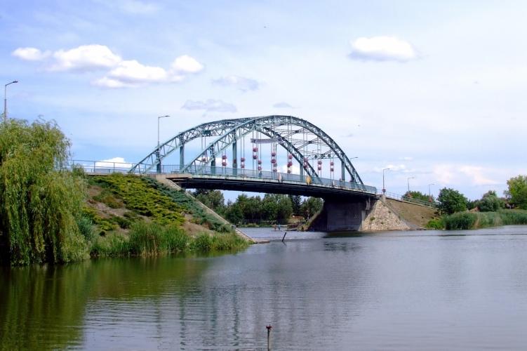 Térfigyelő kamerán követték, ahogy a hídról a Dunába ugrott