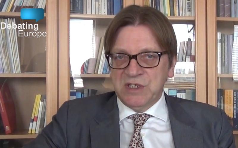 A kormány Guy Verhostadtól természetesen egy, a közepén elvágott mondatot rakott az angolul migránsozó videójába