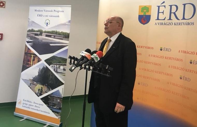 Orbán javaslatára Áder kitüntette Érd buzizó, városvezetőként is a Fidesznek kampányoló polgármesterét