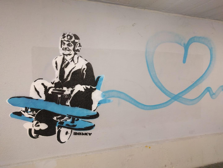 Itt a vonatozó Orbán-graffiti folytatása: a repülőző Orbán-graffiti!