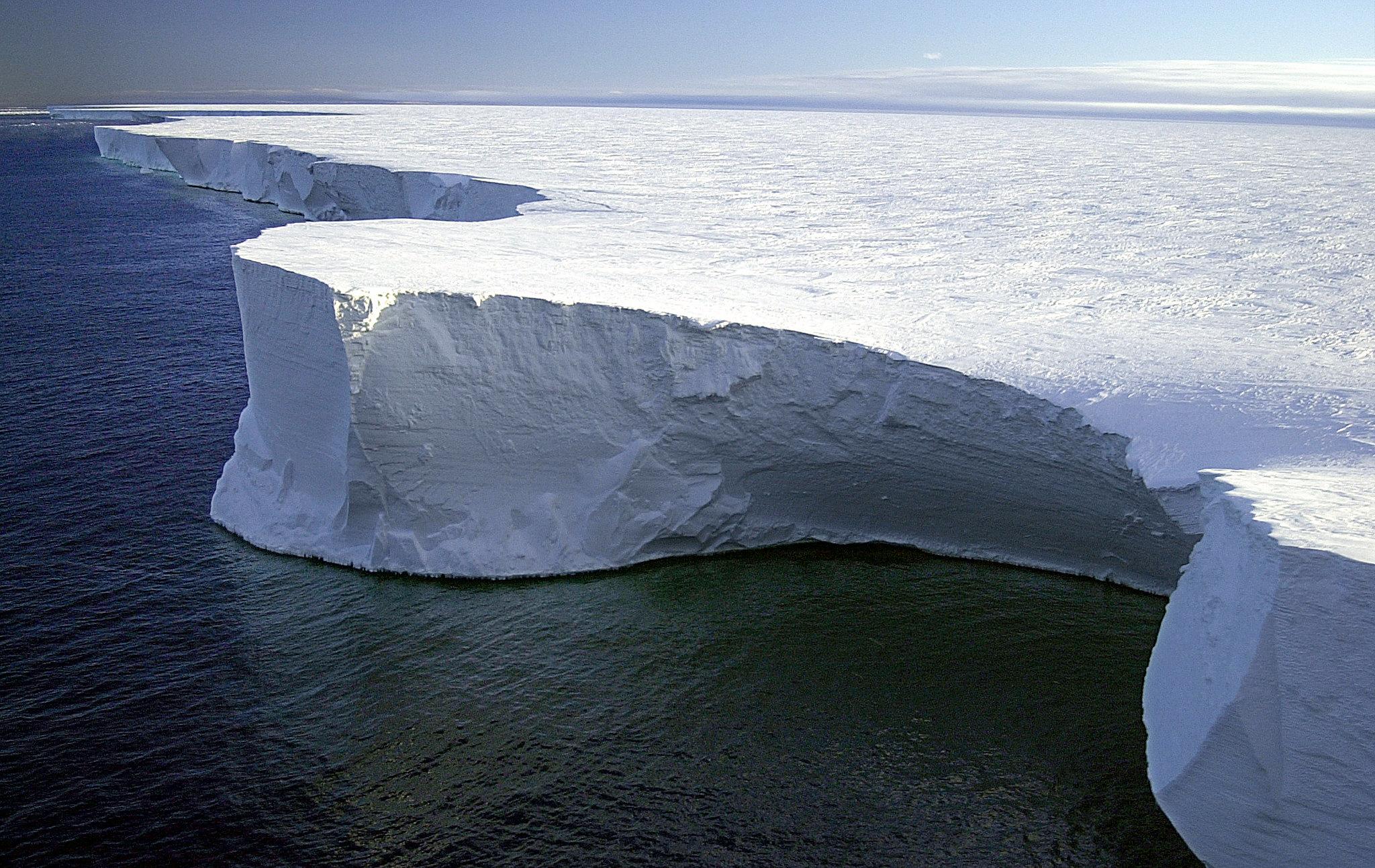 Folyamatosan búg az Antarktisz legnagyobb jégselfje