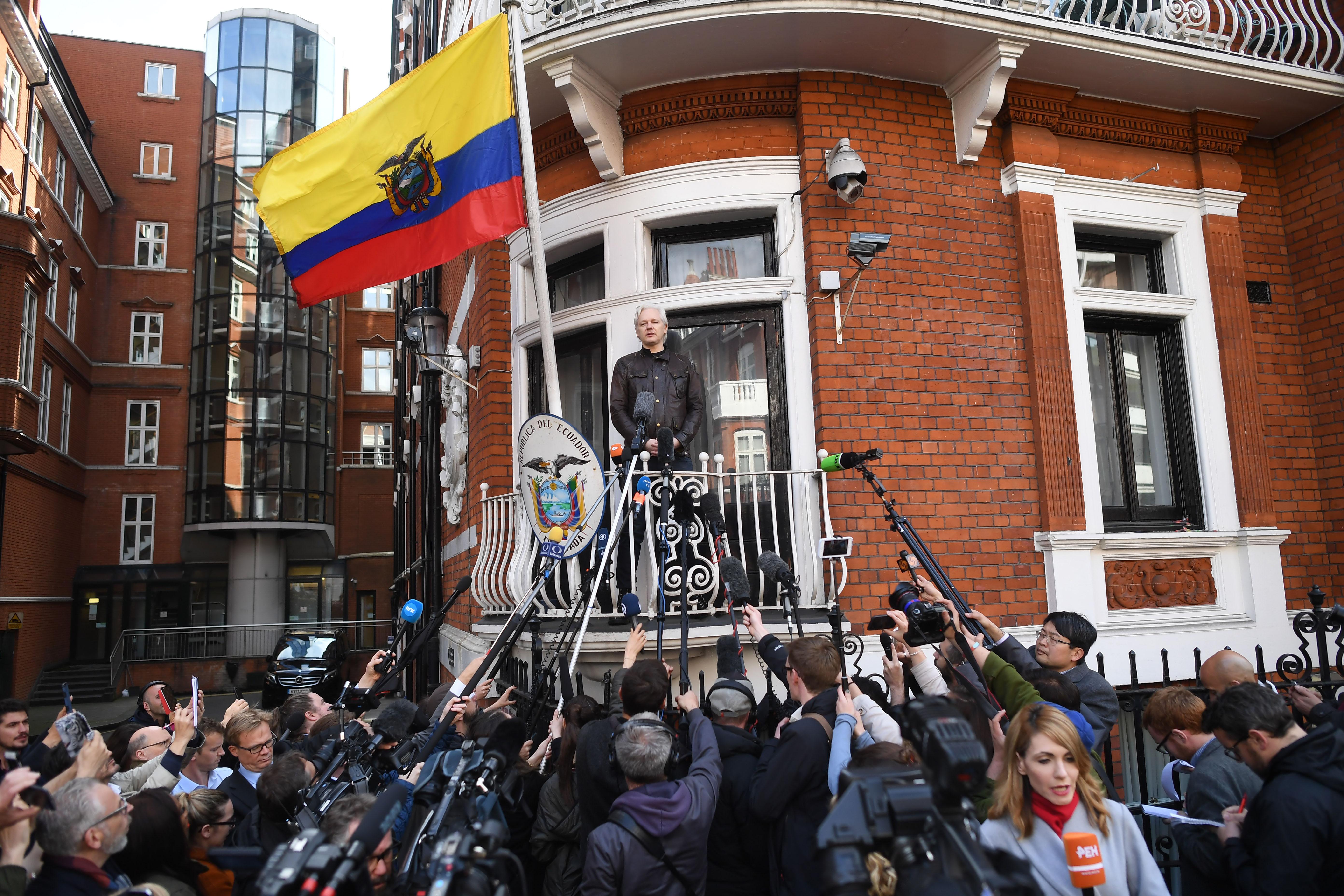 Őrizetbe vették Julian Assange egyik társát is