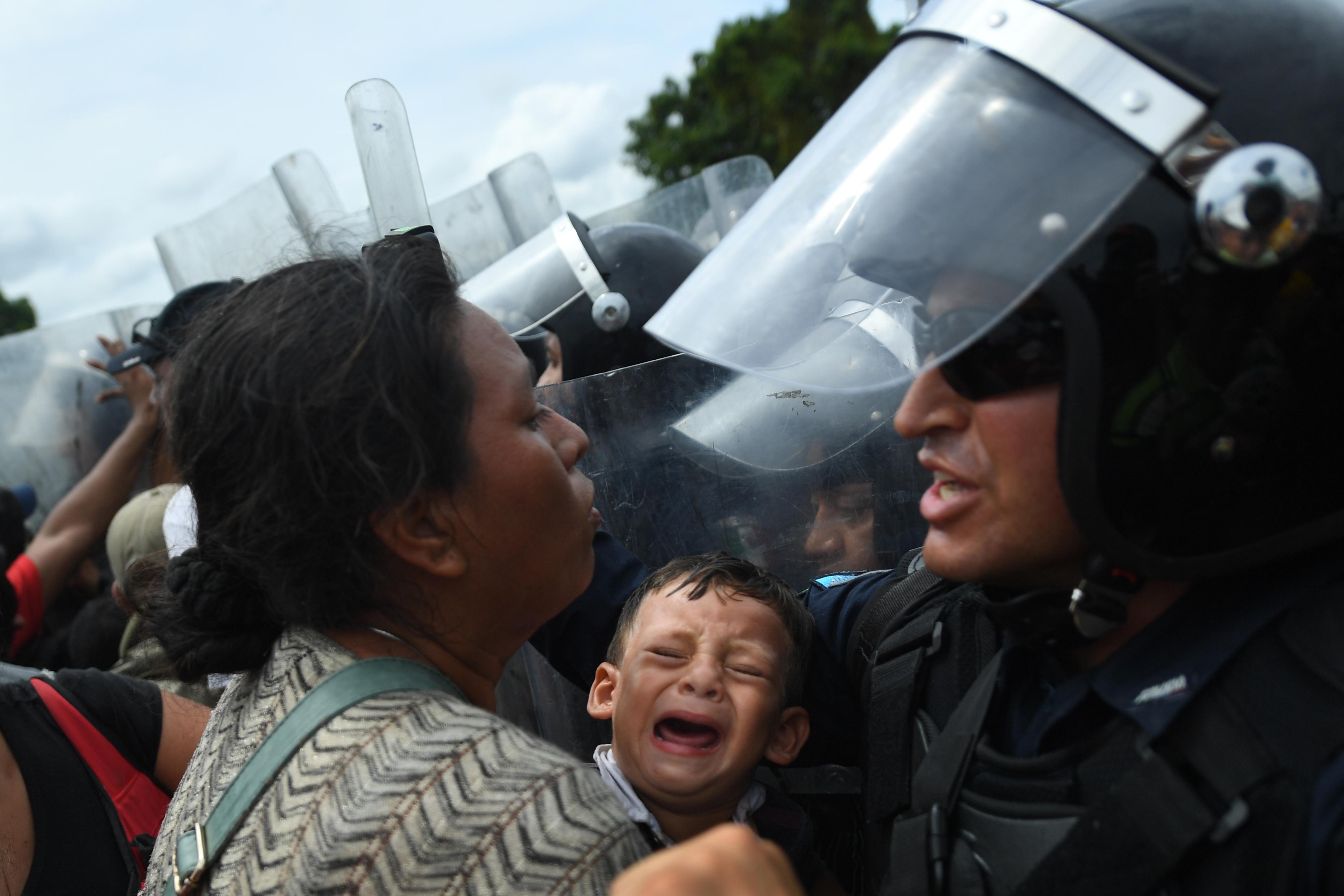 Mexikói rohamrendőrök állták útját az USA felé gyalogló hondurasi menekülteknek