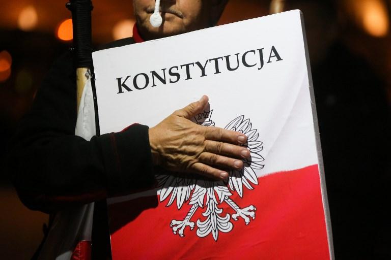 Lengyelországnak fel kell függesztenie a bírók fegyelmezésére létrehozott kamarát