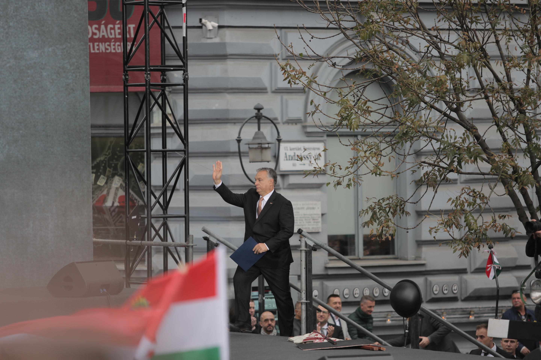 Orbán: Kisebbségbe akarják szorítani az európai őslakosokat