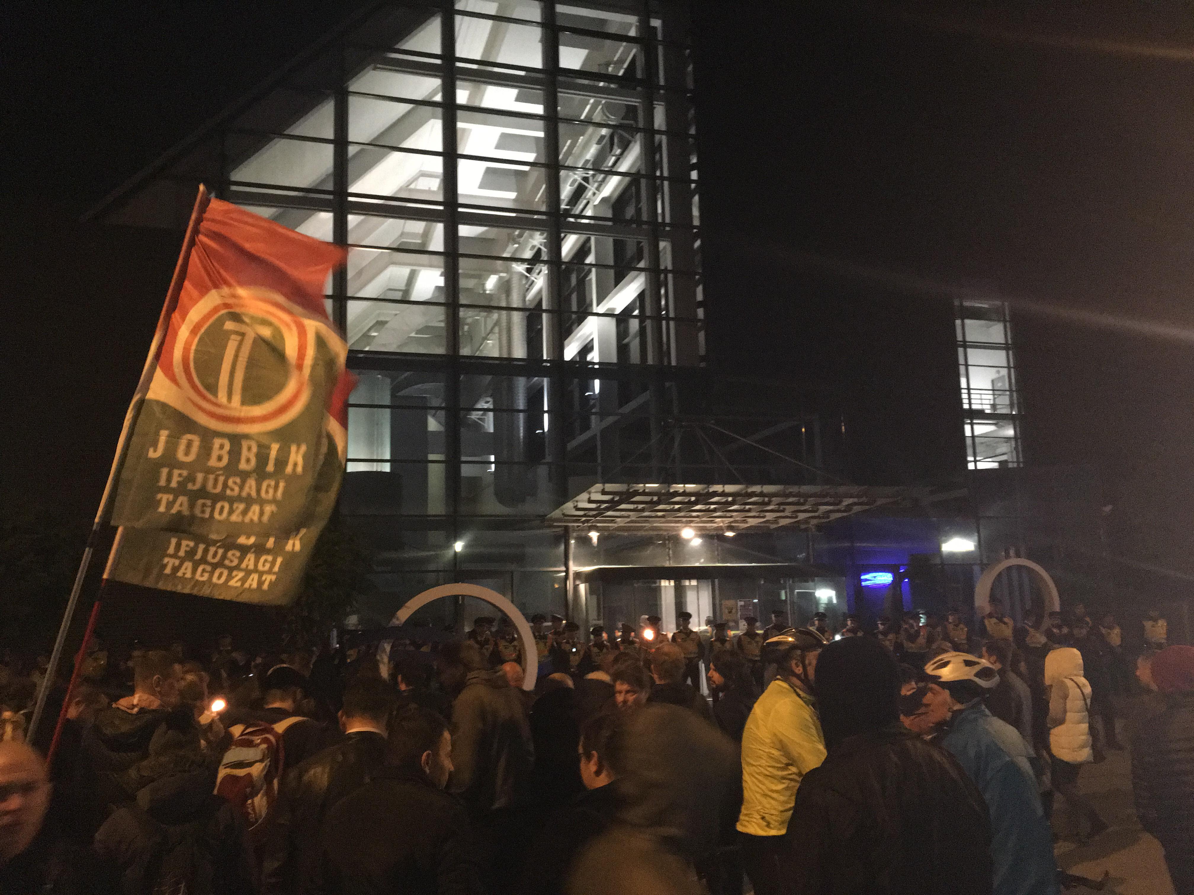 Pár száz jobbikos a közmédia ellen tüntetett, és tojással dobálta meg az MTVA központját