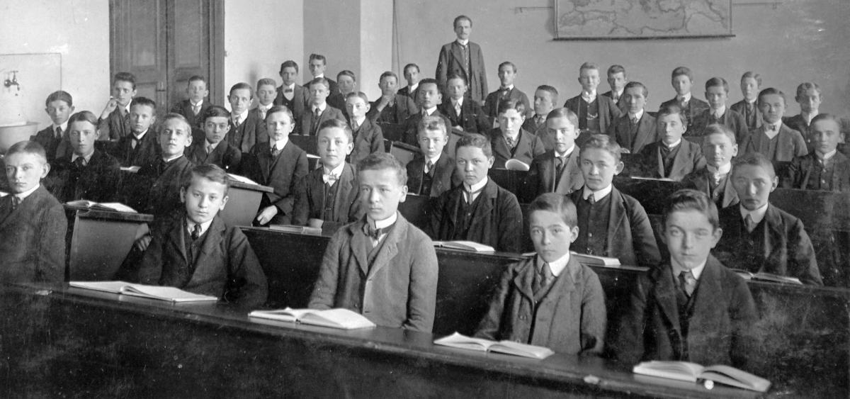 Megszavazta a parlament az alternatív oktatást ellehetetlenítő törvényt
