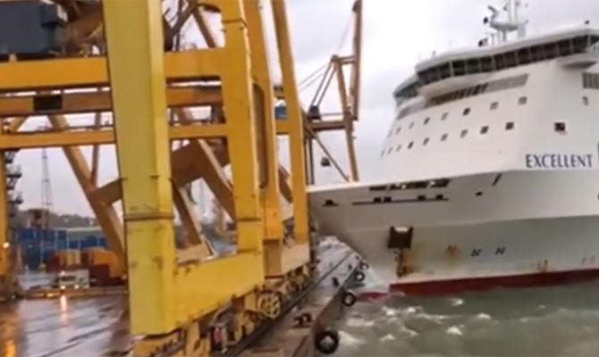 Darut borított a partnak ütköző komp a barcelonai kikötőben