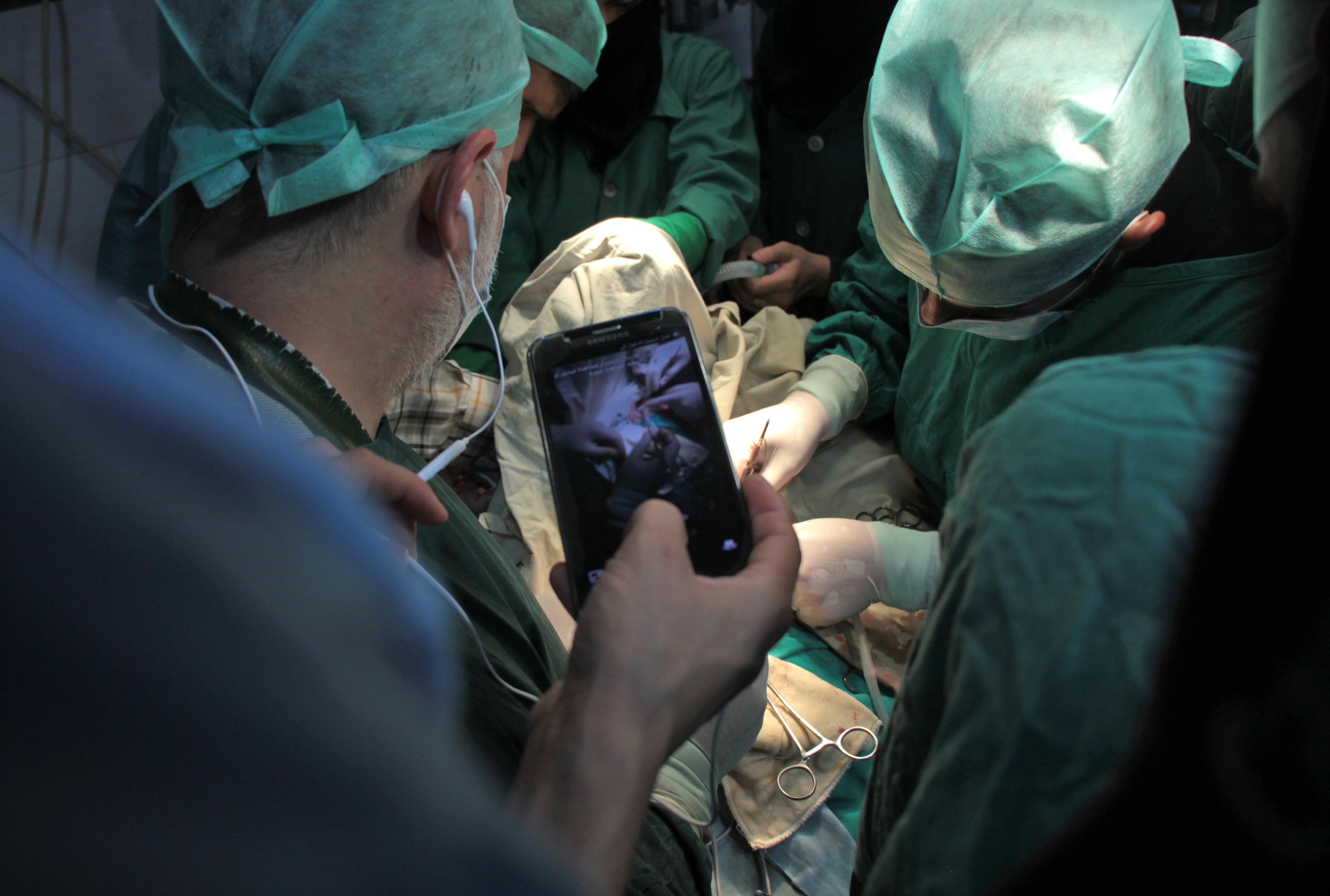Egy évtized alatt rosszabb lett a sebészhallgatók kézügyessége az okostelefonok terjedése miatt