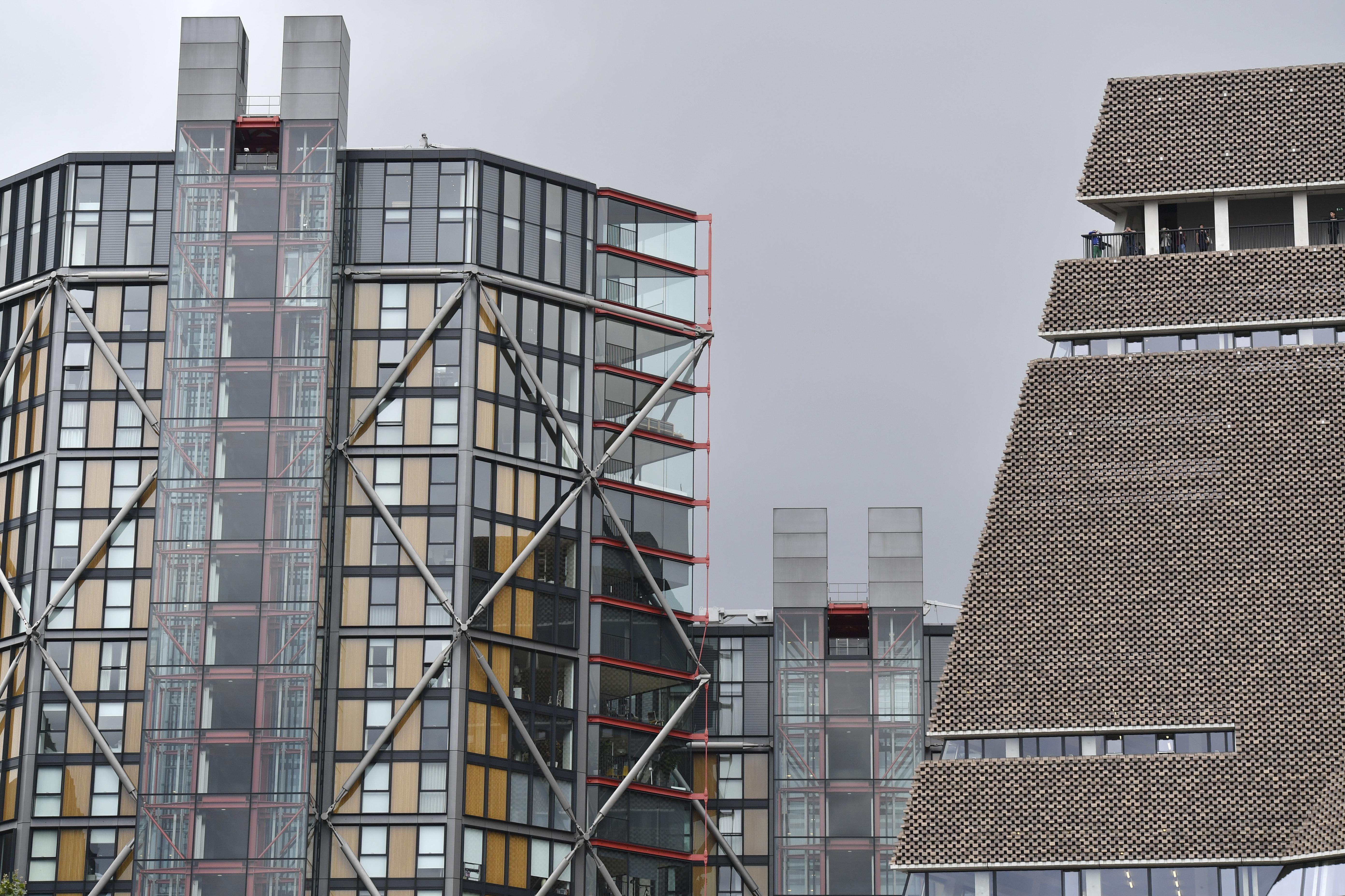 A látogatók imádják, hogy a Tate Modern kilátójából be lehet lesni a szomszédos ház csúcsgazdag lakóinak nappalijába, de utóbbiak már kevésbé lelkesek