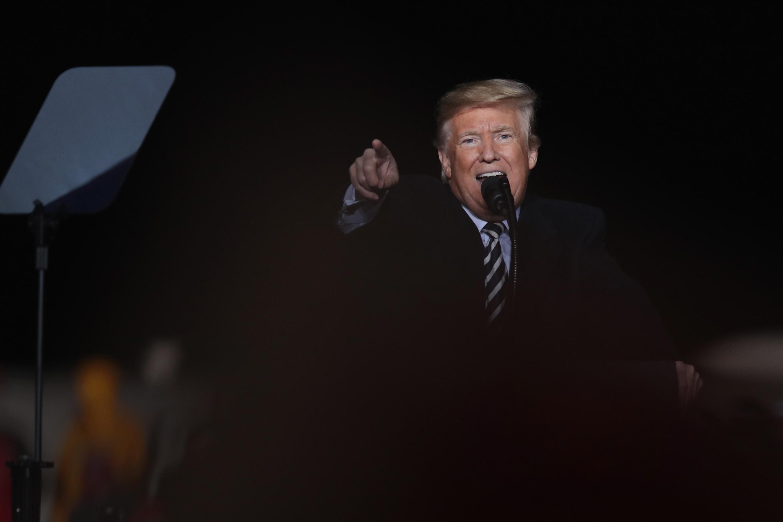 Amint vesztett egy kicsit a népszerűségéből, Trump azonnal fejest ugrott a legsötétebb uszításba