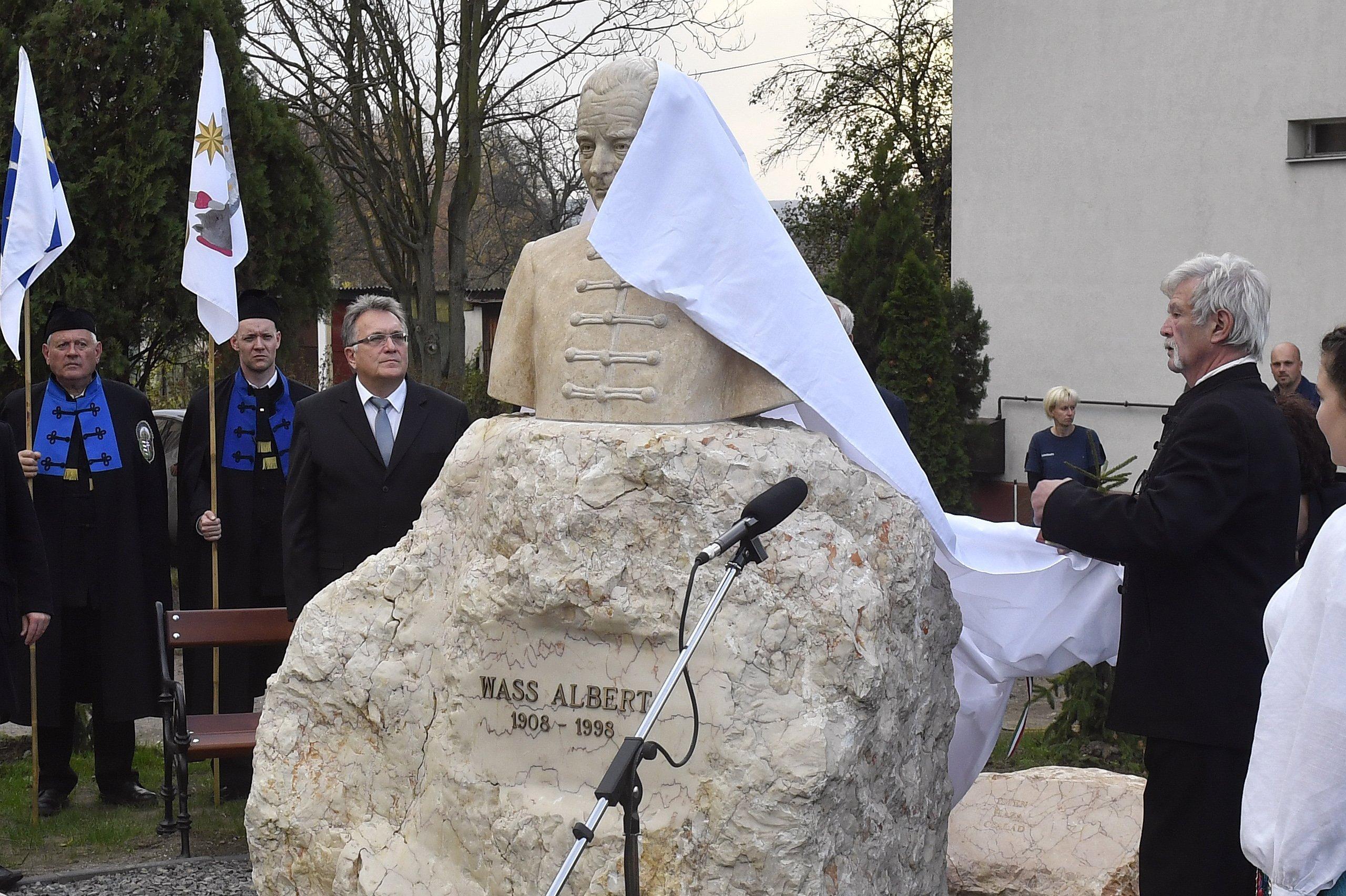 Papp Lajos szívsebész felavatta Wass Albert szobrát Aszódon