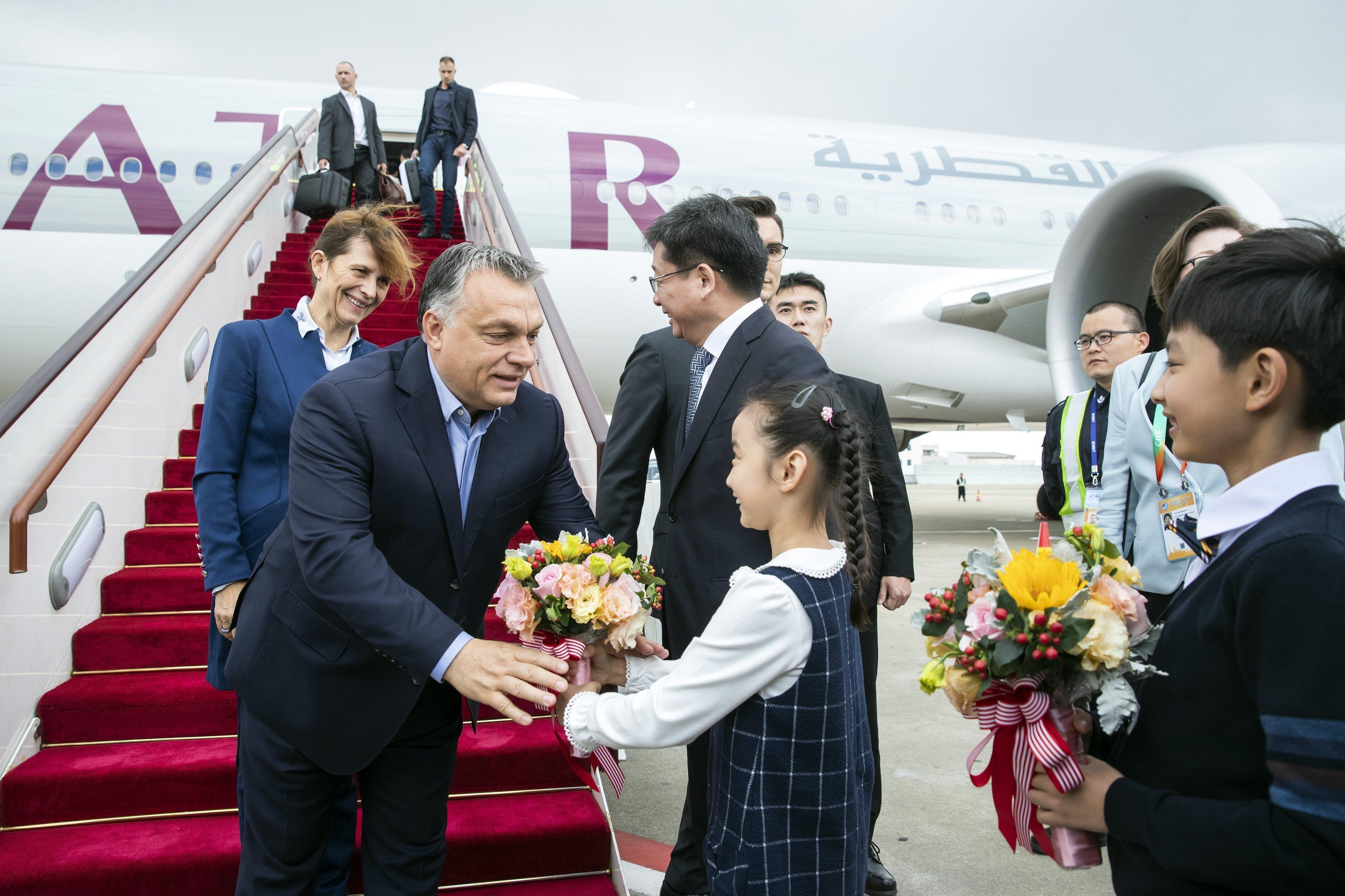 Népünk bölcs vezére megkezdte hivatalos látogatását a Kínai Népköztársaságban