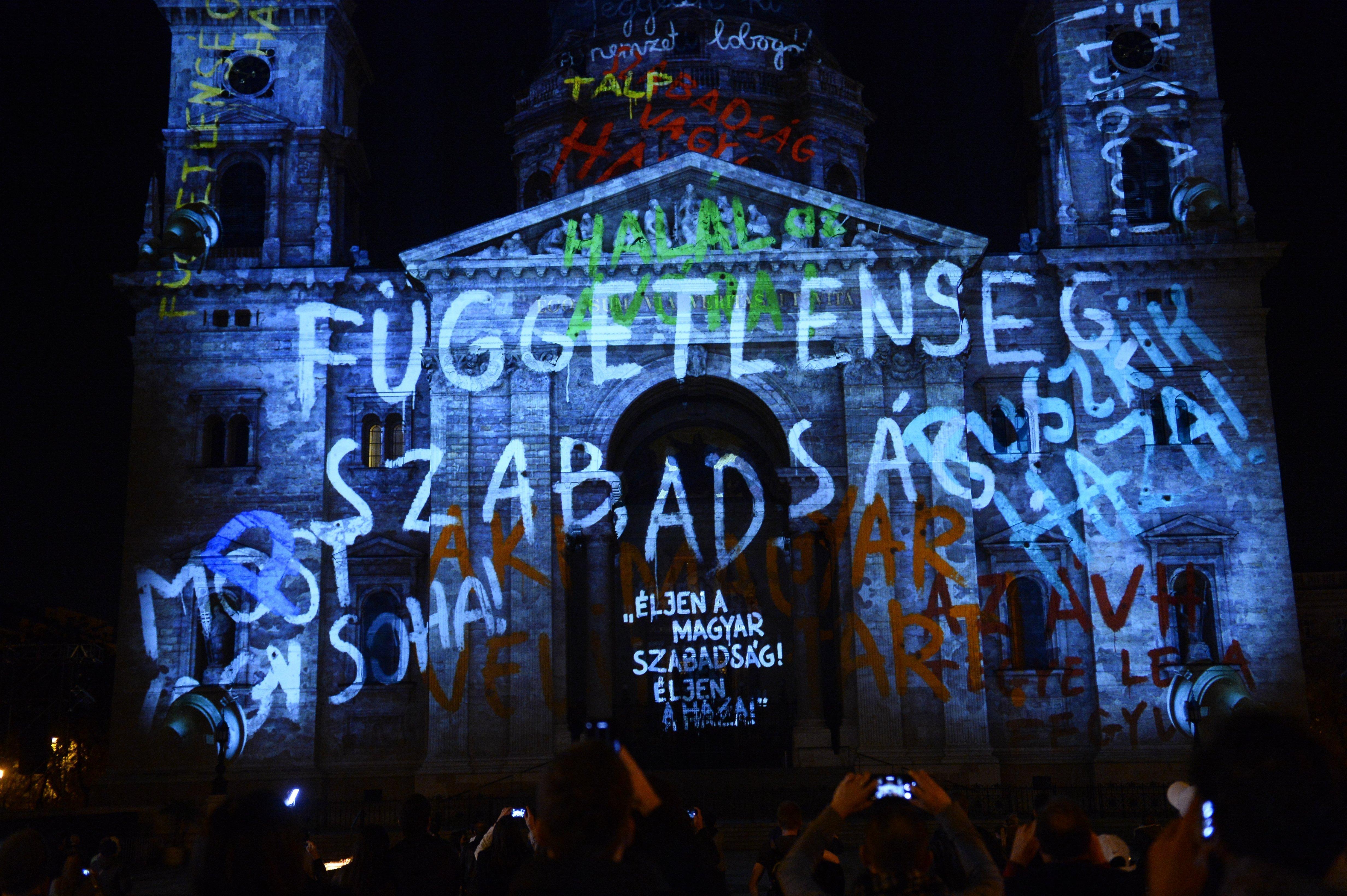 Kormányellenes szlogeneket vetítettek a Szent István-bazilika homlokzatára
