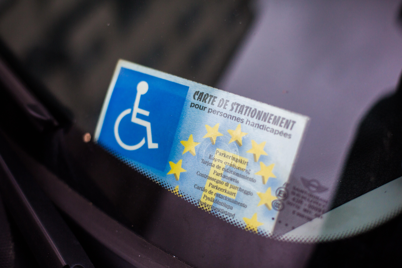 Rajtakaptak egy bírót, hogy más mozgáskorlátozott parkolási engedélyét használja