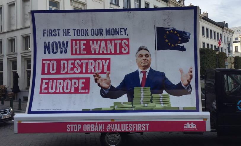 Verhofstadt Orbánnak: Előbb elrakta a pénzünket, most szétrombolja Európát