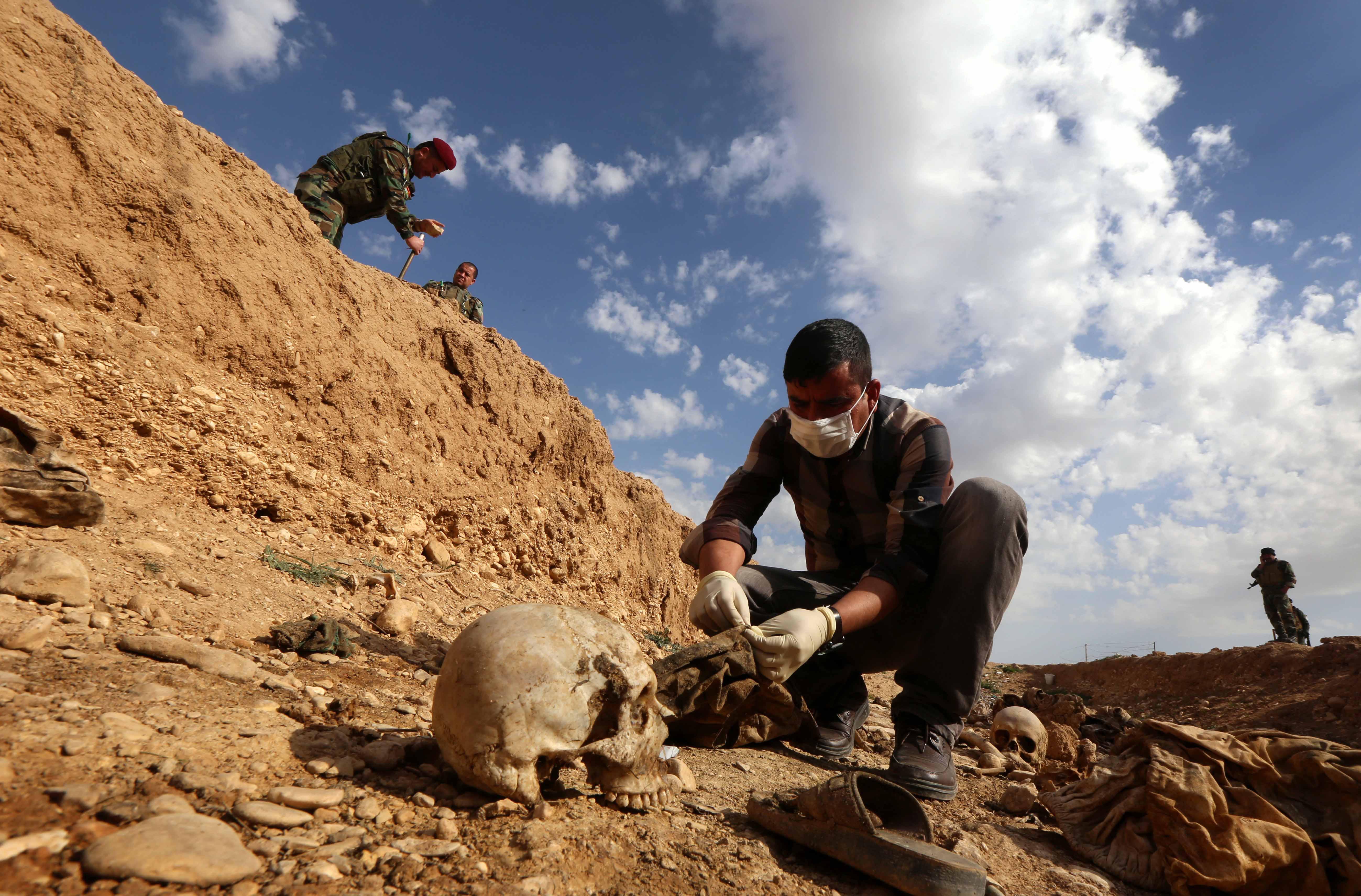 Több mint 200 tömegsírt tártak fel az Iszlám Állam által megszállt területeken