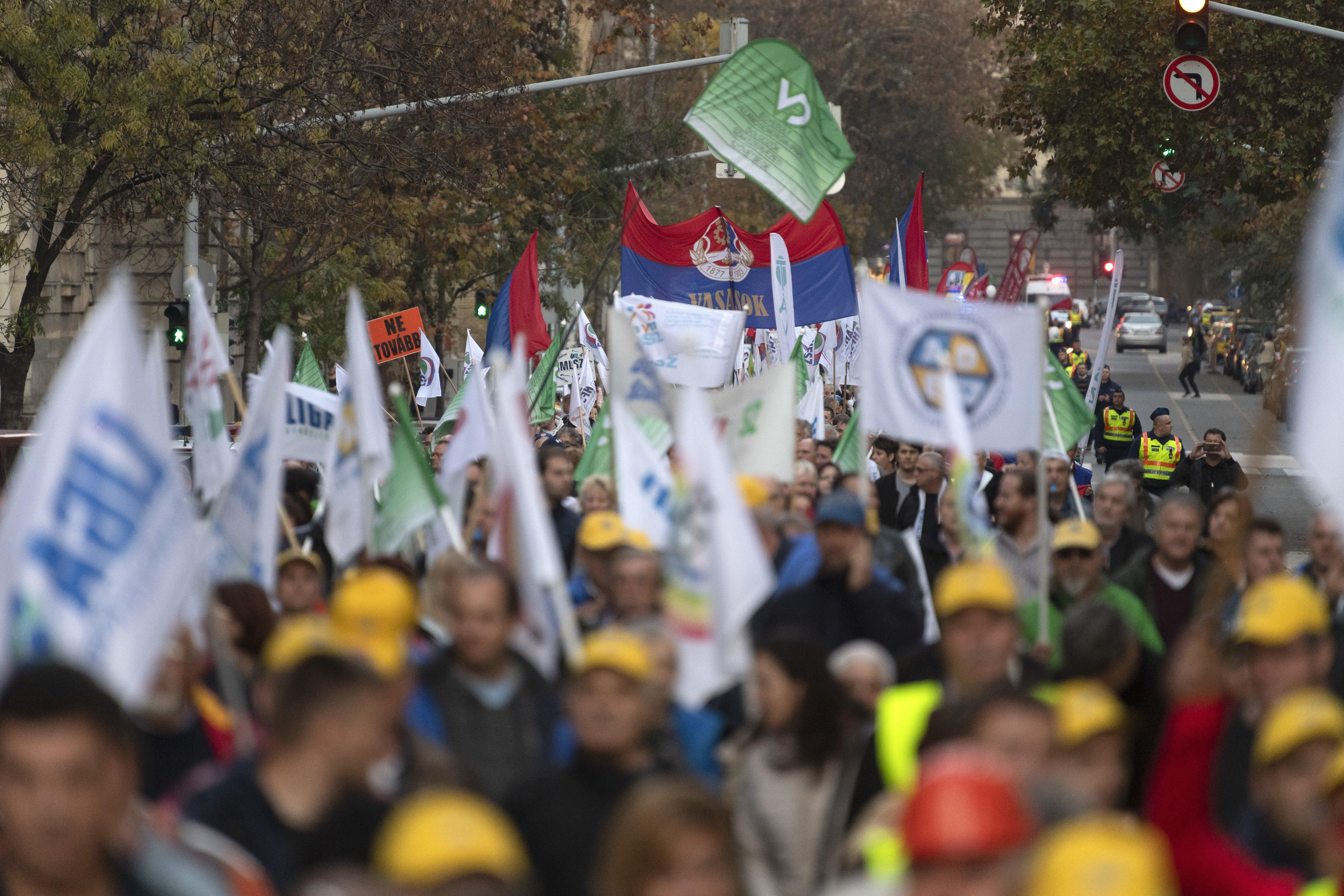 A cafeteria-rendszer visszaállításért tüntettek szakszervezetek az MNB és a parlament előtt