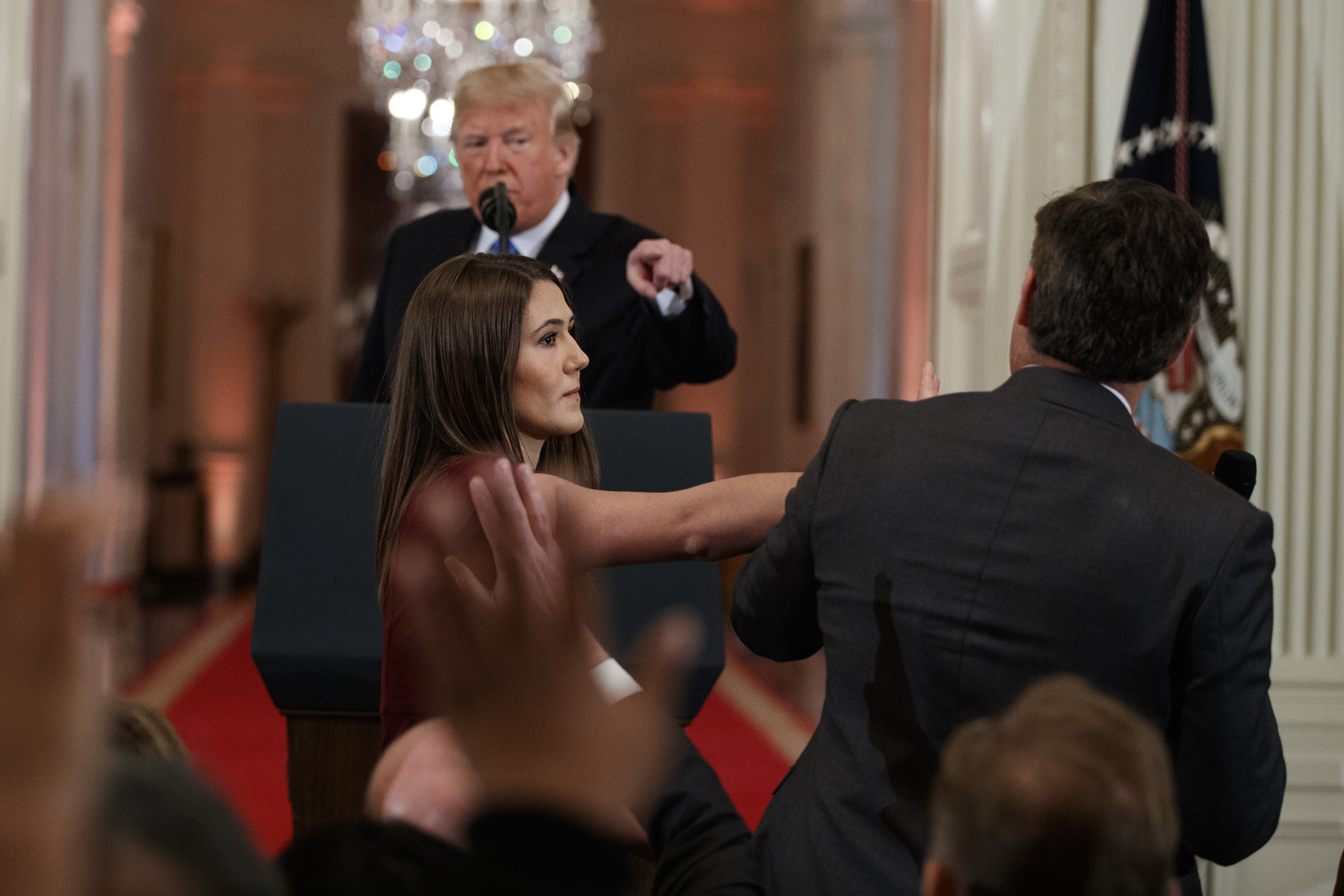 A Fehér Ház manipulált videóval próbálta bebizonyítani, hogy a CNN tudósítója bántotta a gyakornoknőt