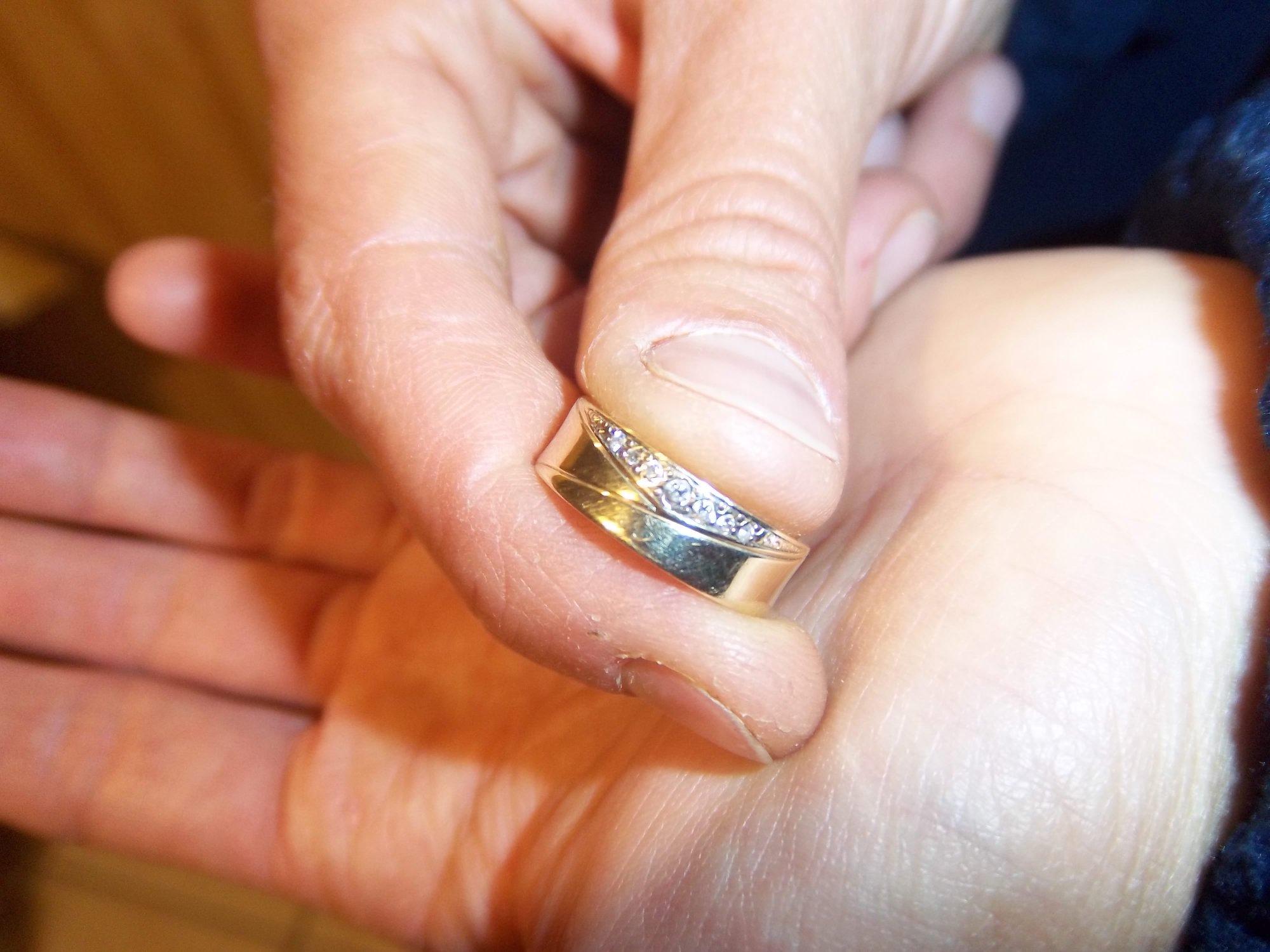 A hobbitok életét sem változtatta meg annyira az a Gyűrű, mint az, amit egy gyanútlan falusi család talált a bábolnai autópályapihenőben