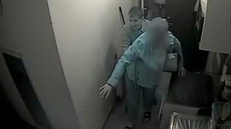 Durva videót tett közzé a rendőrség arról, ahogy egy férfi éppen hazafelé kísér egy terézvárosi szórakozóhelyen bedrogozott nőt