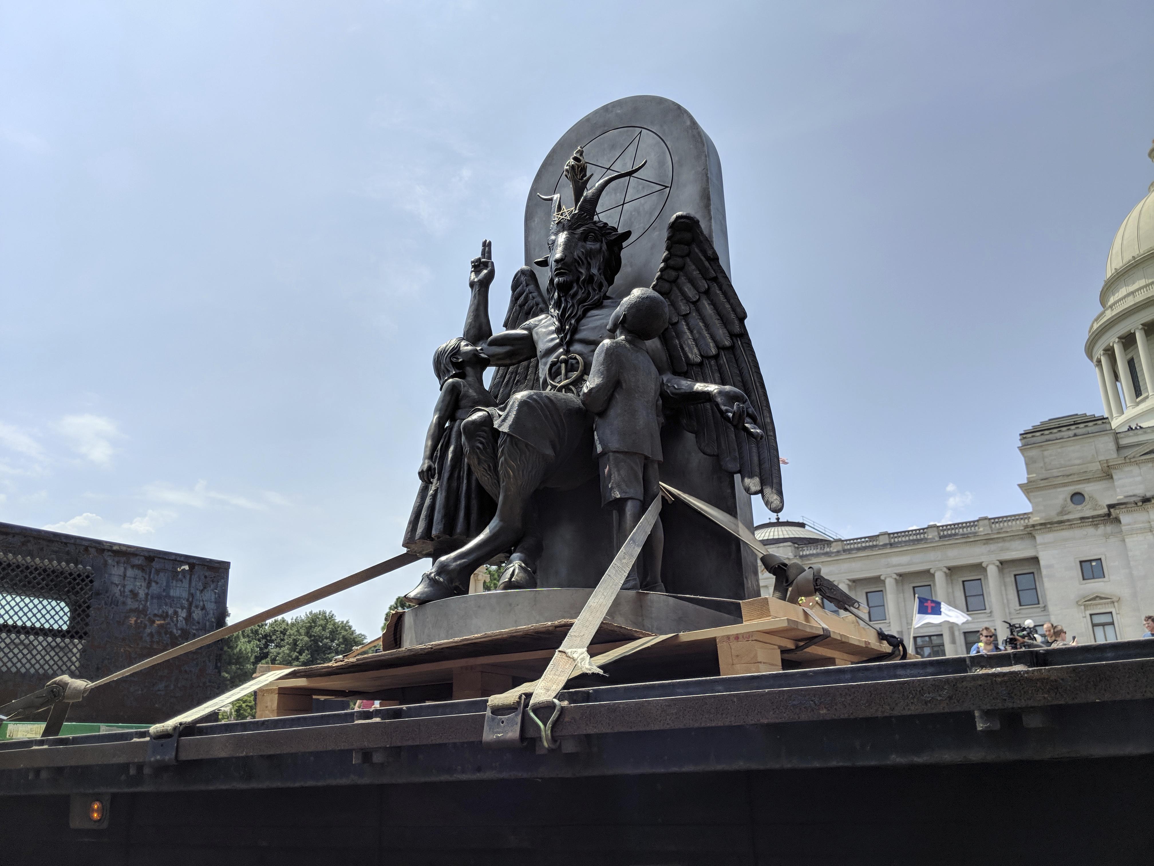 A Sátánista Egyház beperelte a Netflixet, amiért lemásolták a szobrukat