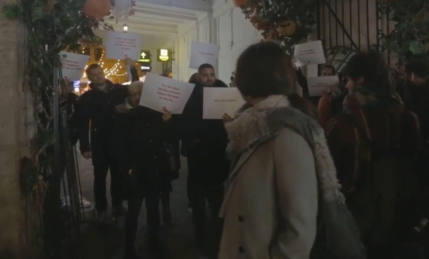 Aktivisták magyarázták a turistáknak, hogy a Gozsdu Udvarba nem engednek be embereket a származásuk miatt