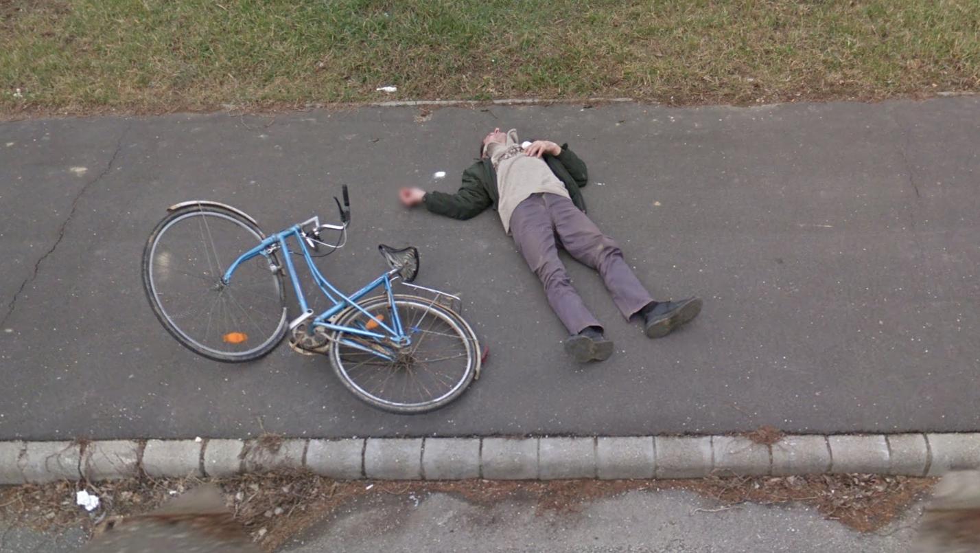Emberi történet: a zalaegerszegi férfi, aki a biciklije mellett fekszik a járdán a Google utcaképén