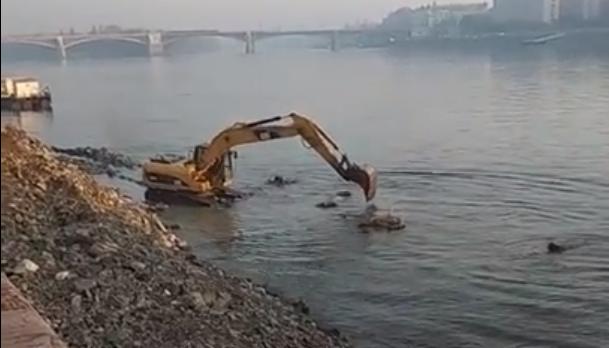 Heroikus a küzdelem, de valahogy mégsem sikerül eltüntetni azt a rengeteg betont, amit az úszóvébé miatt a Dunába öntöttek