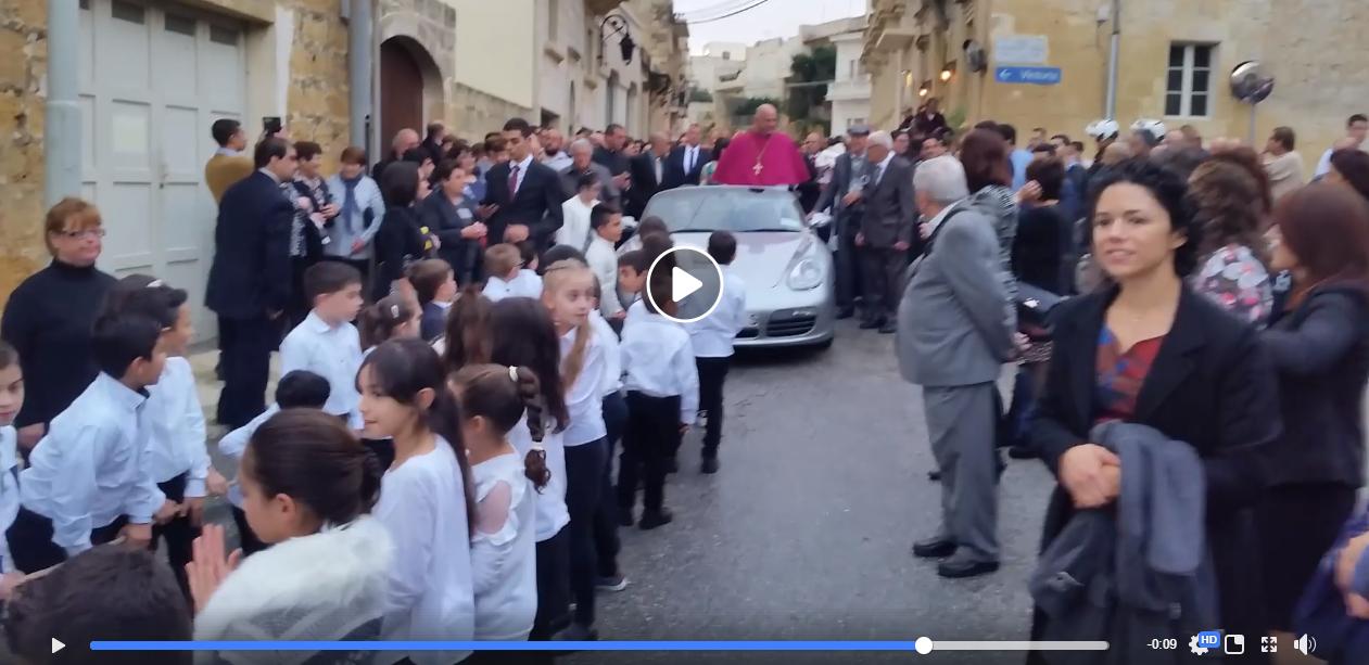 Gyerekvontatású Porschéval érkezett meg a máltai kisvárosba az új katolikus pap