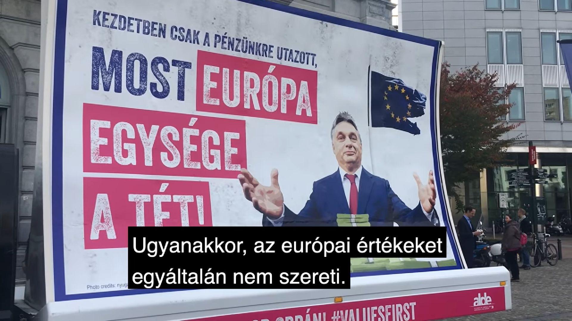 Orbán felcsúti háza előtt kezdi magyarországi turnéját Verhofstadt mozgó óriásplakátja