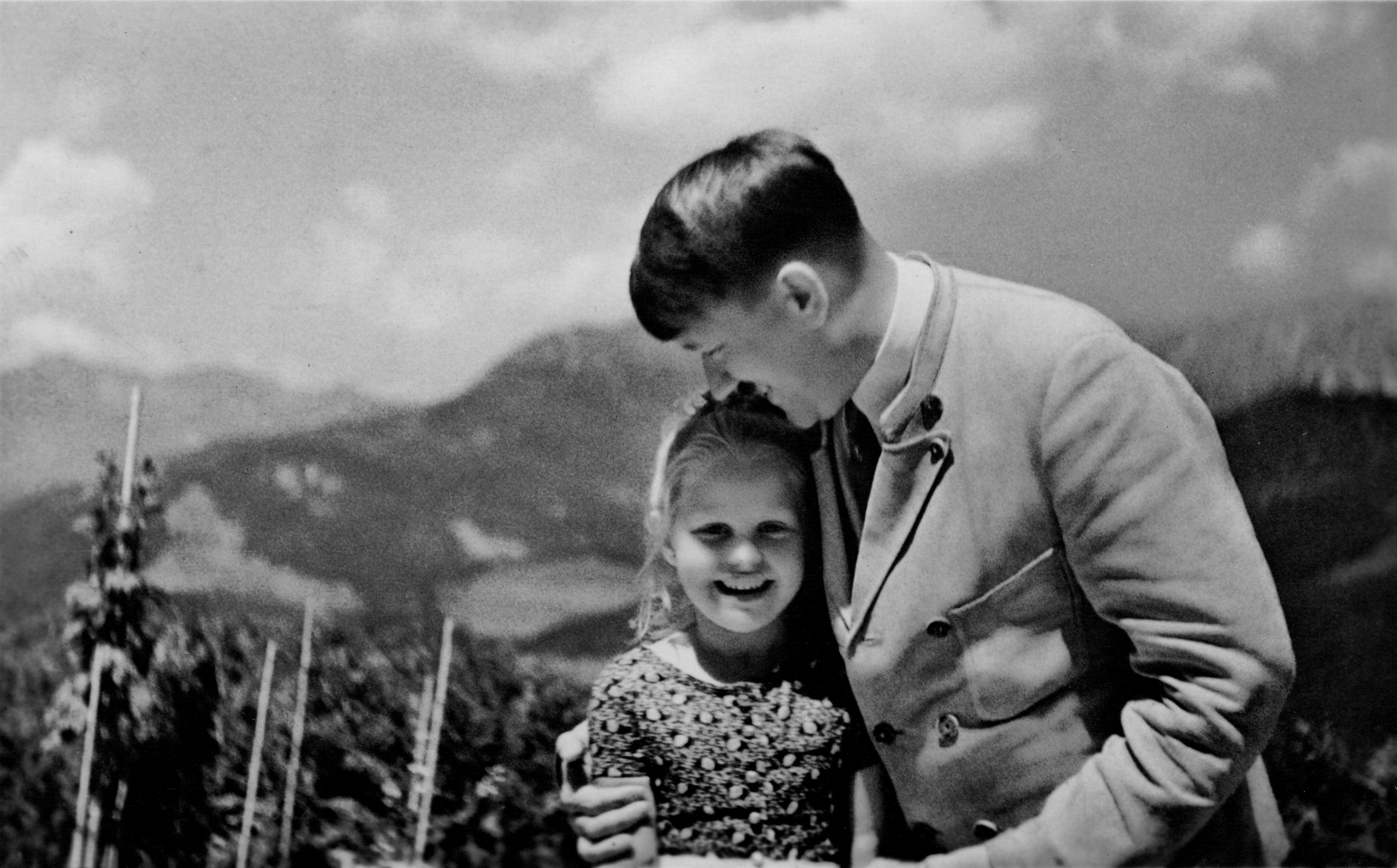 3,3 millió forintért kelt el egy dedikált fotó, amin Hitler egy vele egy napon született, részben zsidó kislánnyal barátkozik