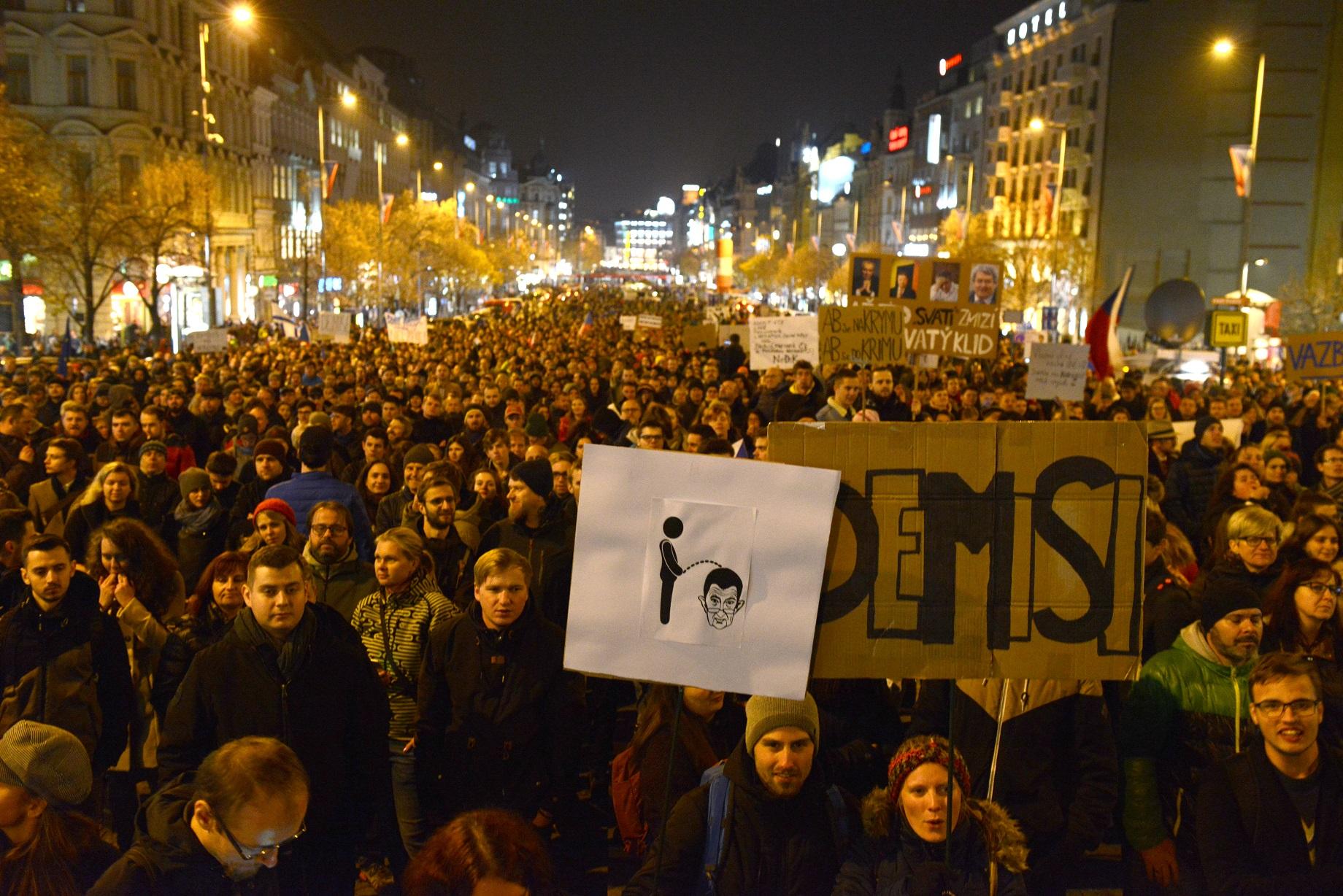 Több ezer tüntető követelte Babis lemondását Prágában