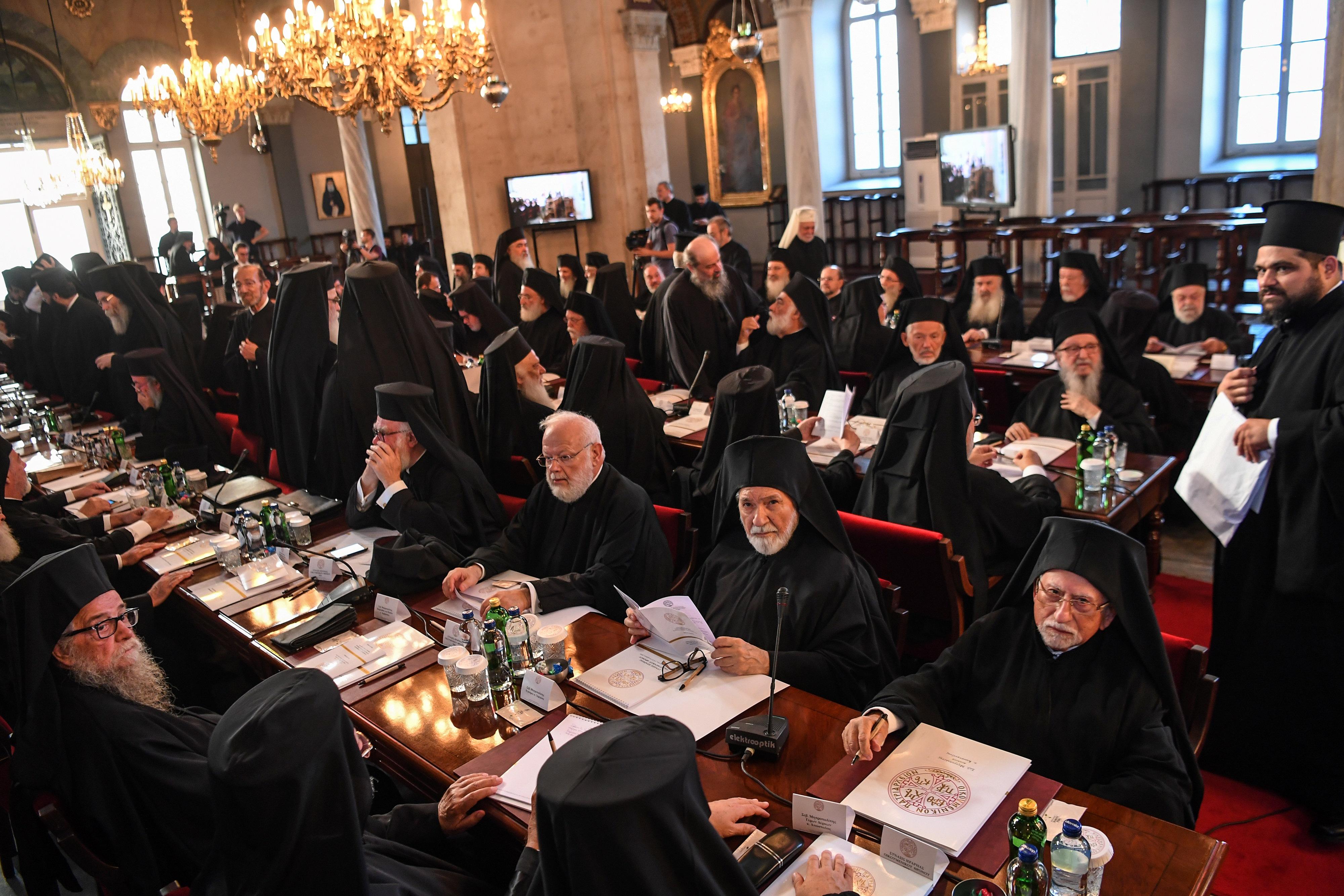 A görög papok hallani sem akarnak arról, hogy lehúzzák őket a közalkalmazotti fizetési listáról