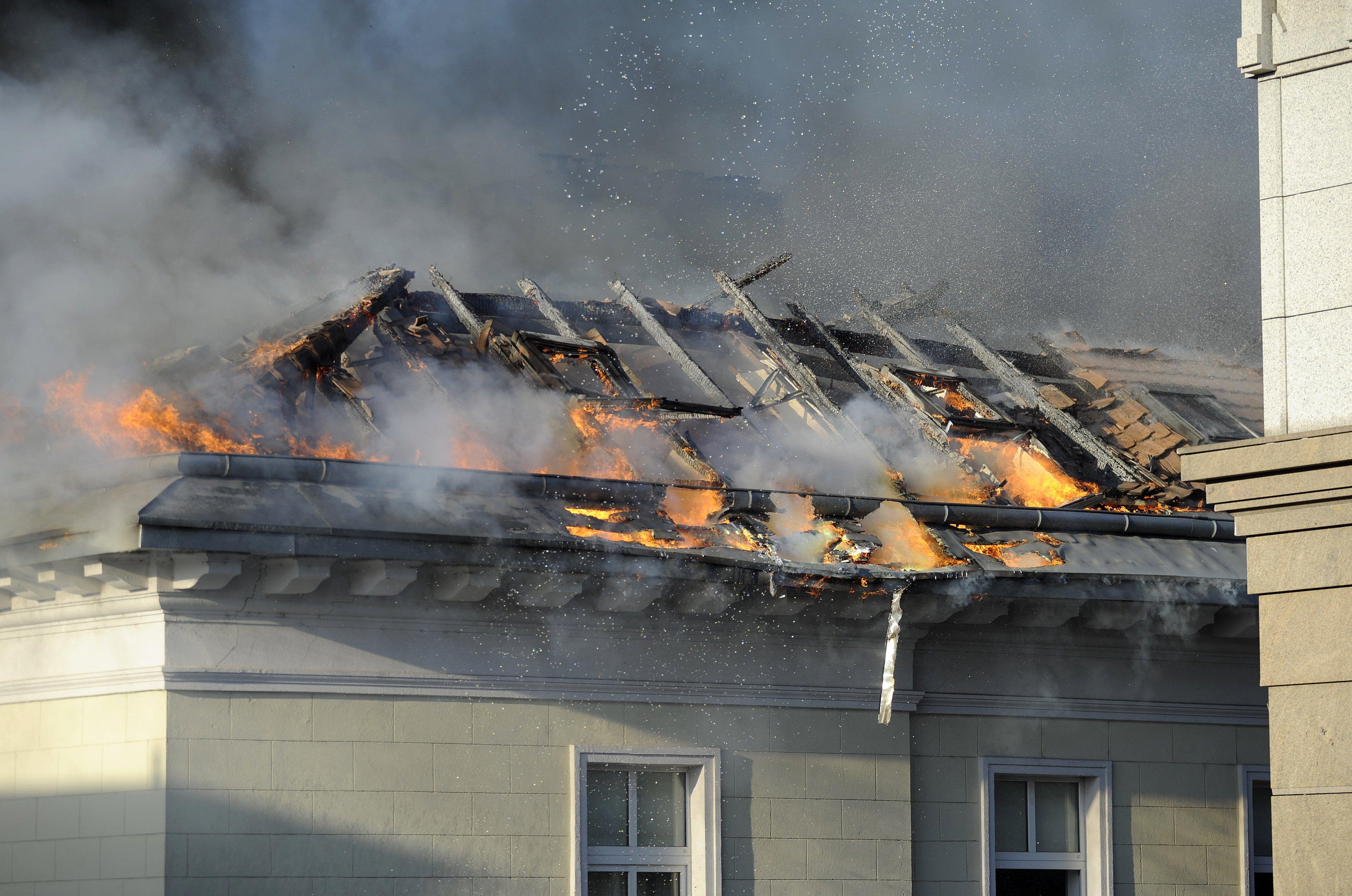 Egy szagelszívó lehetett a tűz forrása, ami miatt leégett a DK központja is