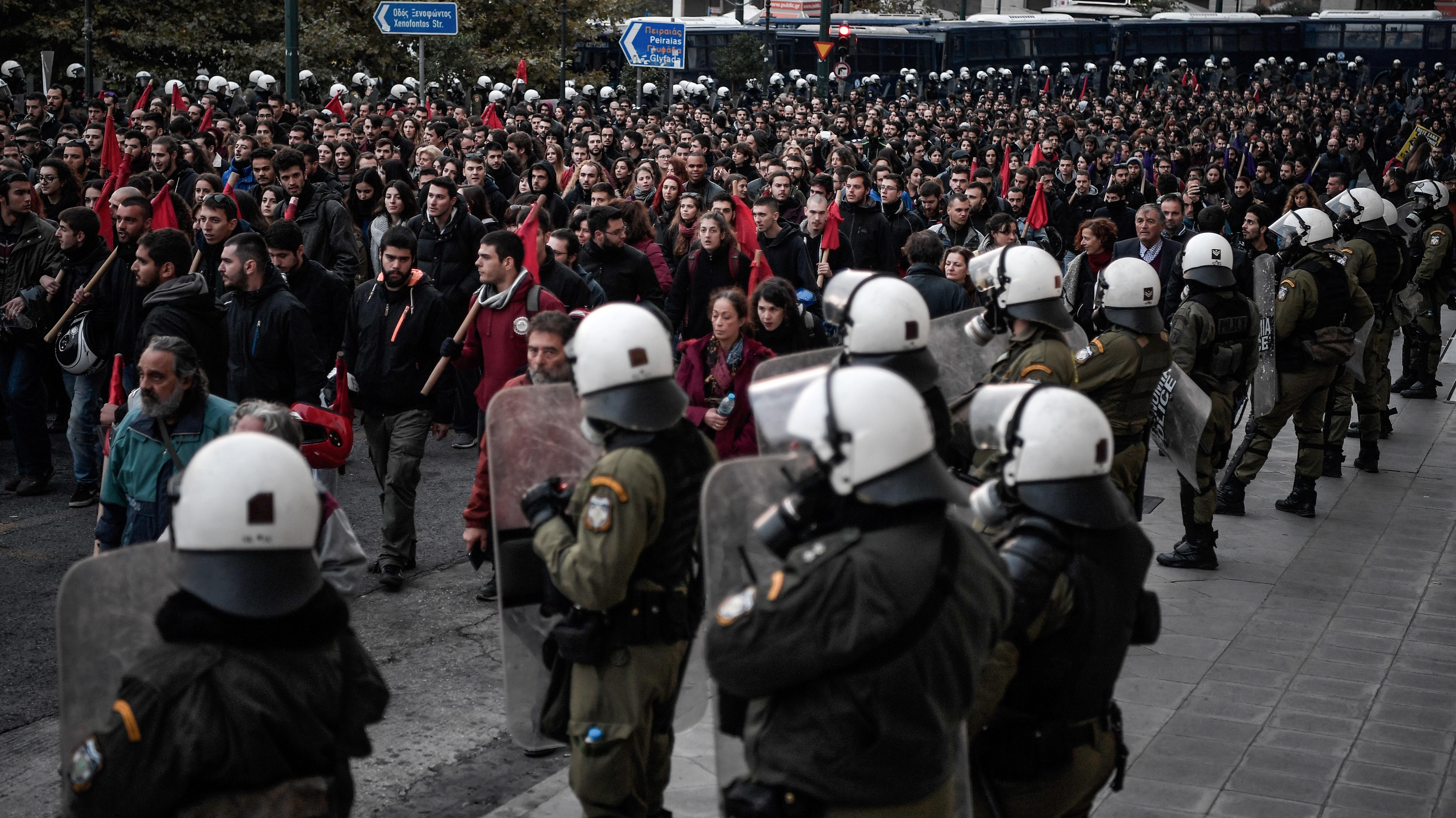 Az 1973-as diáklázadás évfordulójára rendezett békés tüntetés után rendőrök csaptak össze a szélsőbalos tüntetőkkel Athénban