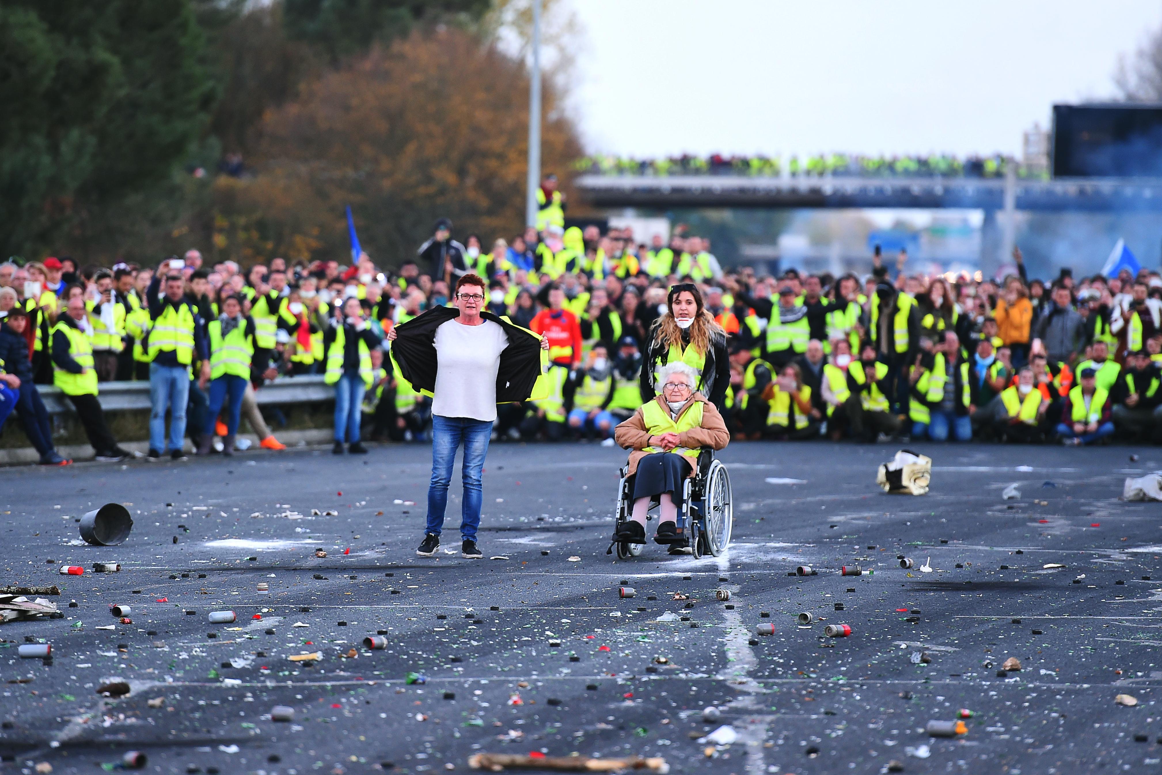 Nem a rendőrökkel összecsapó tüntetők, hanem a békésen tiltakozó tízezrek jelentik az igazán nagy kihívást Macronnak