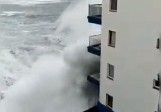 A hullámok lerombolták egy szálloda 2. emeleti erkélyét Tenerifén