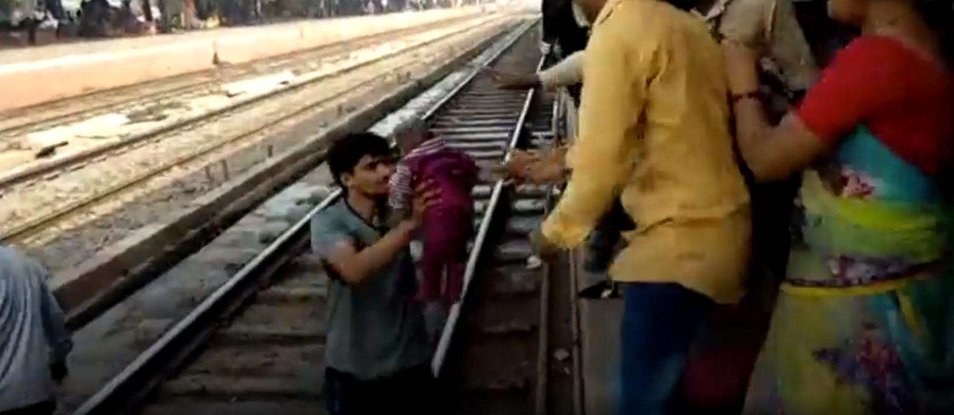 Csoda: vonat alá esett egy csecsemő Indiában és egy karcolás nélkül megúszta