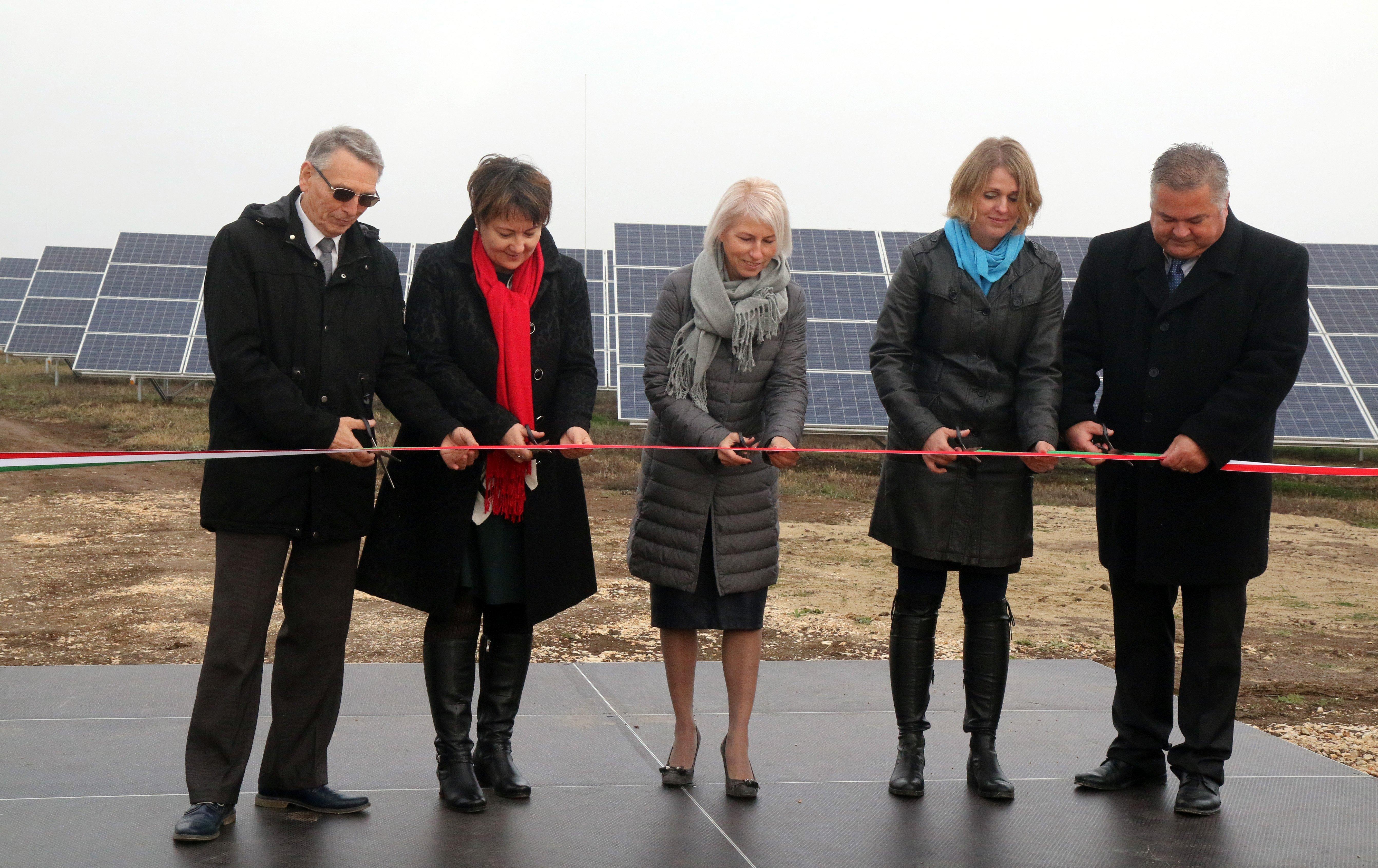 Átadták az ország legnagyobb naperőművét