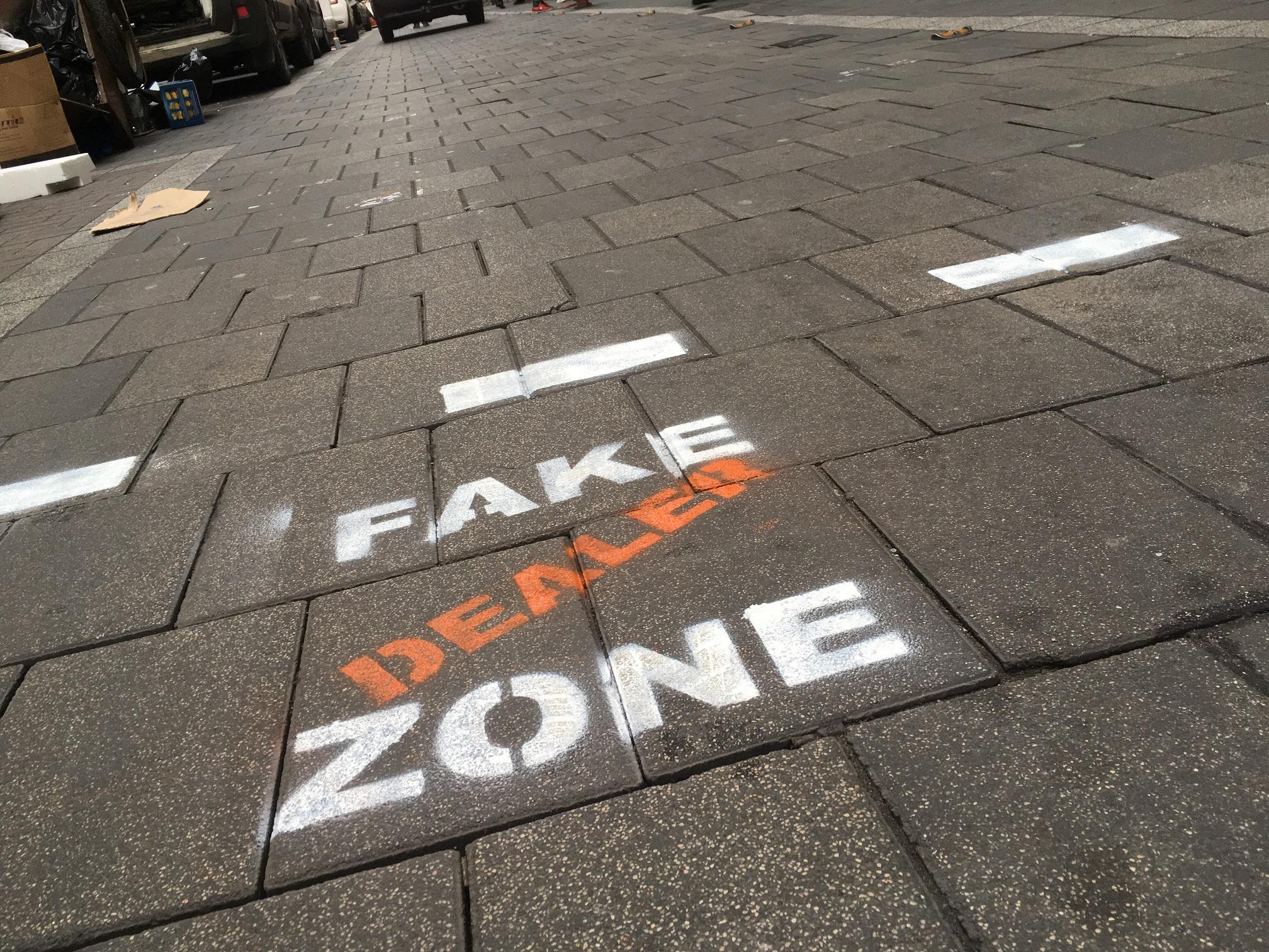 Még egyértelműbb jelölés figyelmezteti a turistákat a Kazinczy utcában árult hamis drogokra