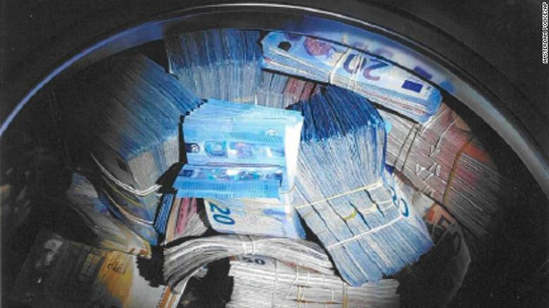 Pénzmosással vádolják a holland férfit, akinek 350 ezer euró volt a mosógépébe gyömöszölve