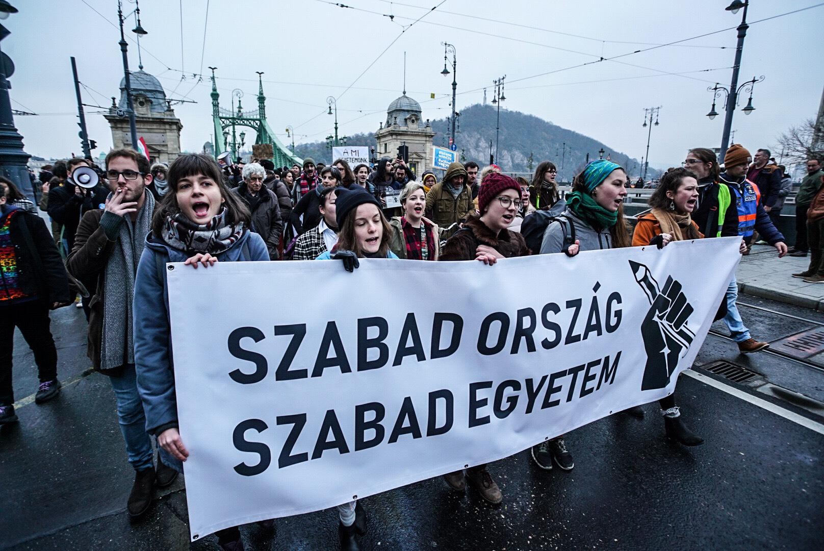 Több ezren tüntetnek a szabad oktatásért és a CEU maradásáért