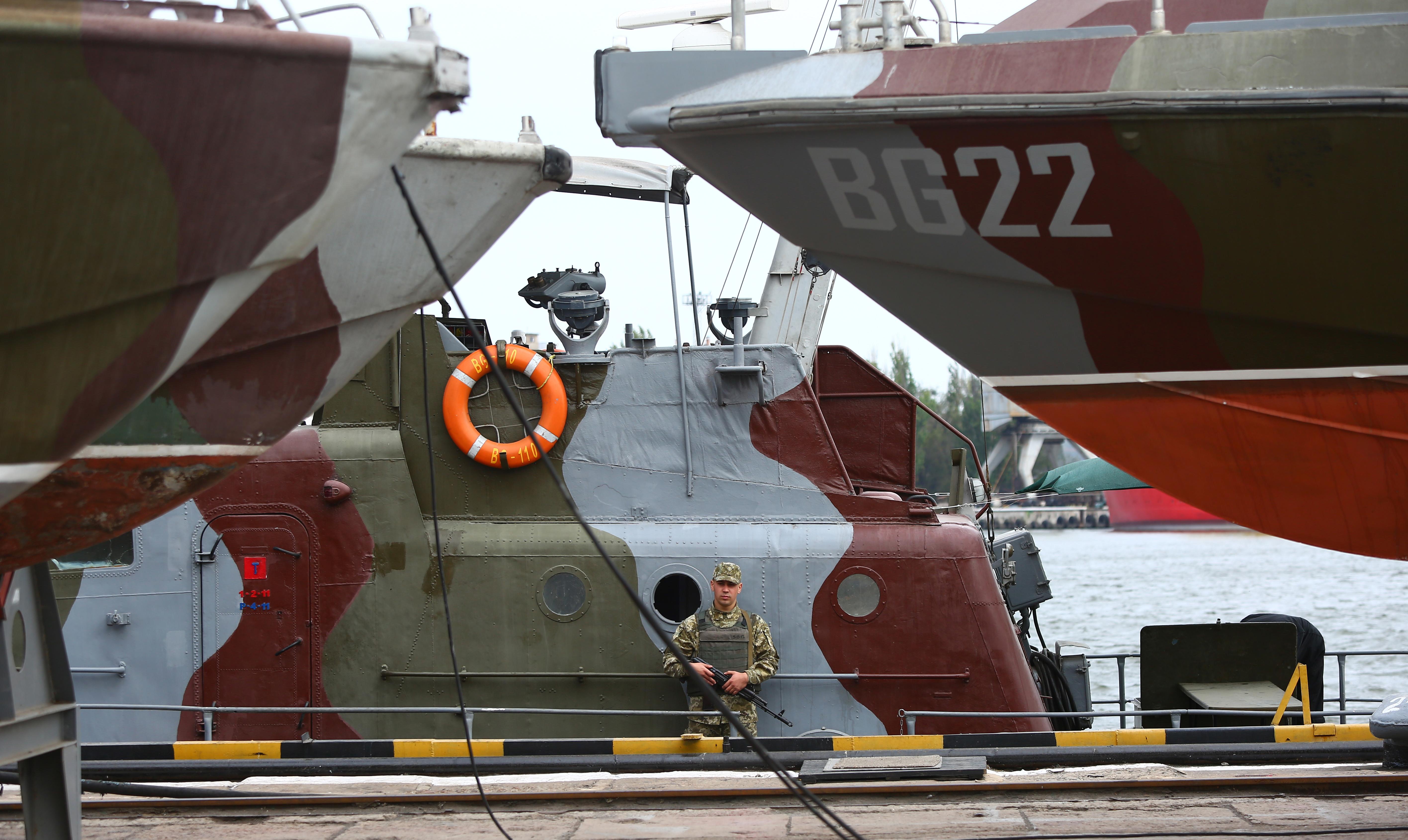 Az ukránok szerint szándékosan ment neki vontatóhajójuknak egy orosz határőrhajó