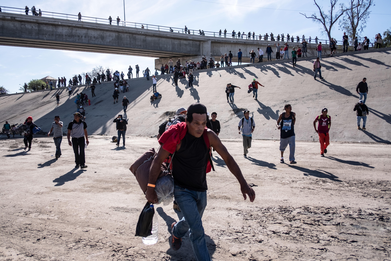 Mexikó azonnal deportálja azokat a közép-amerikaiakat, akik megrohamozták az Egyesült Államok déli határát vasárnap