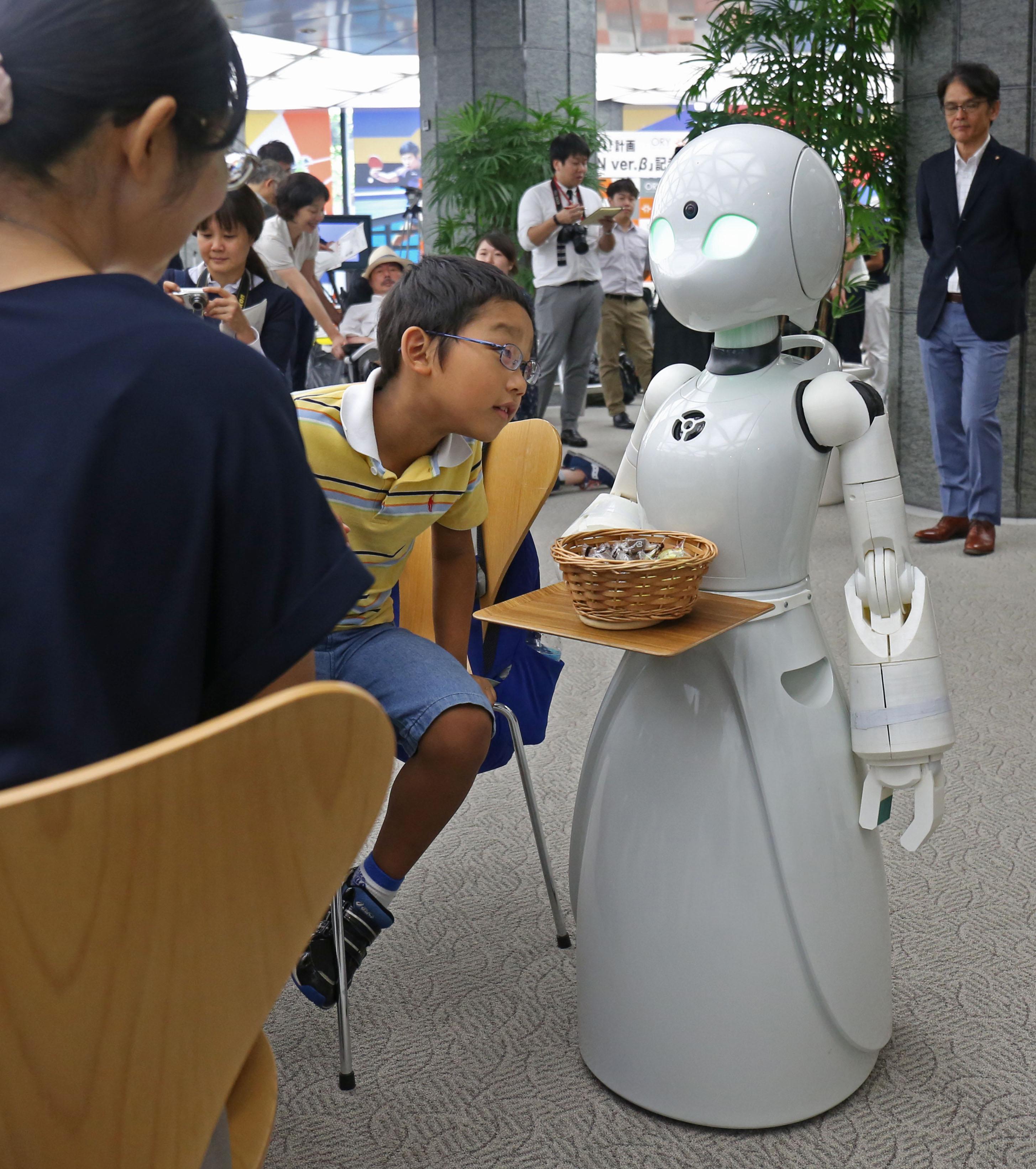 Mozgássérültek által vezérelt robotpincérek szolgálnak fel egy új tokiói kávézóban